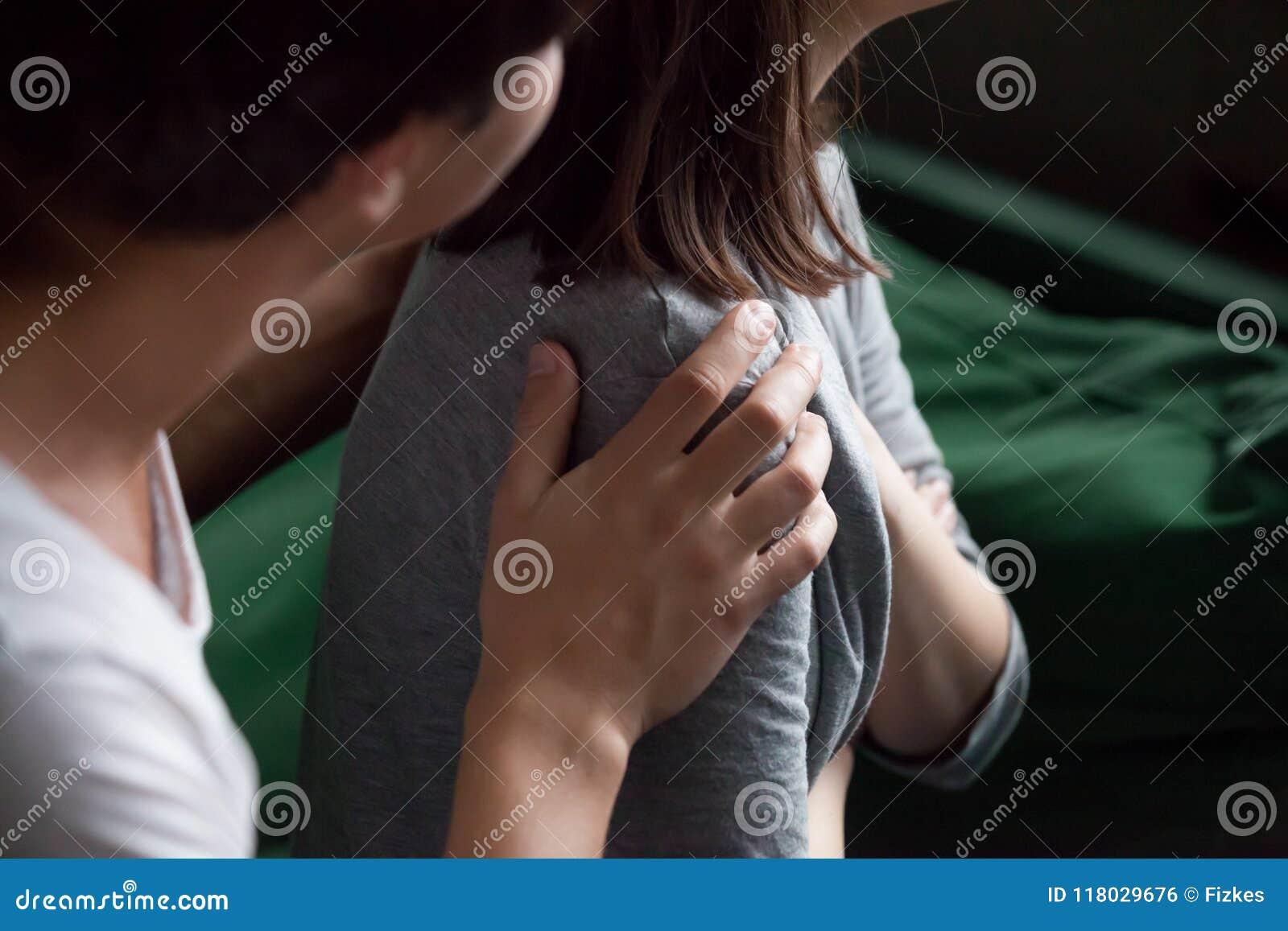 Main masculine de aide tenant le plan rapproché femelle d épaule, psychologique
