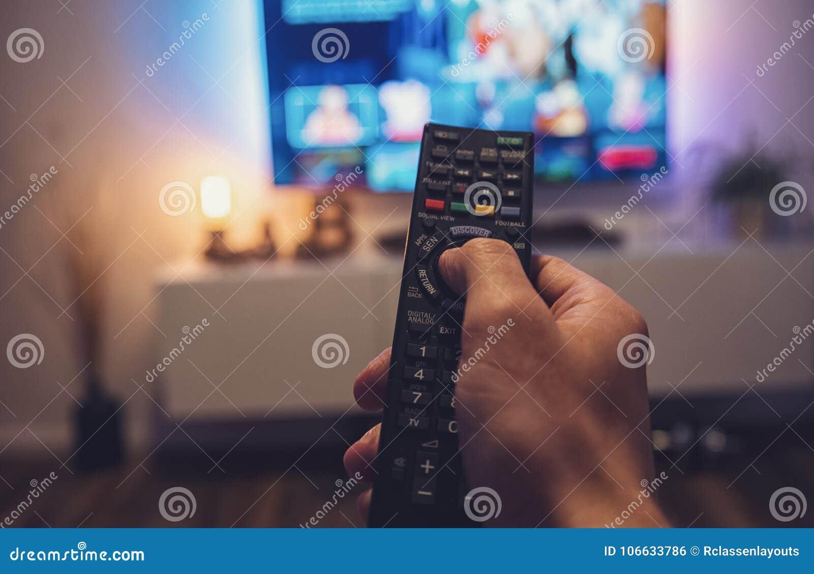 Main Masculine Jugeant La Tv A Telecommande Tir De Point De Vue