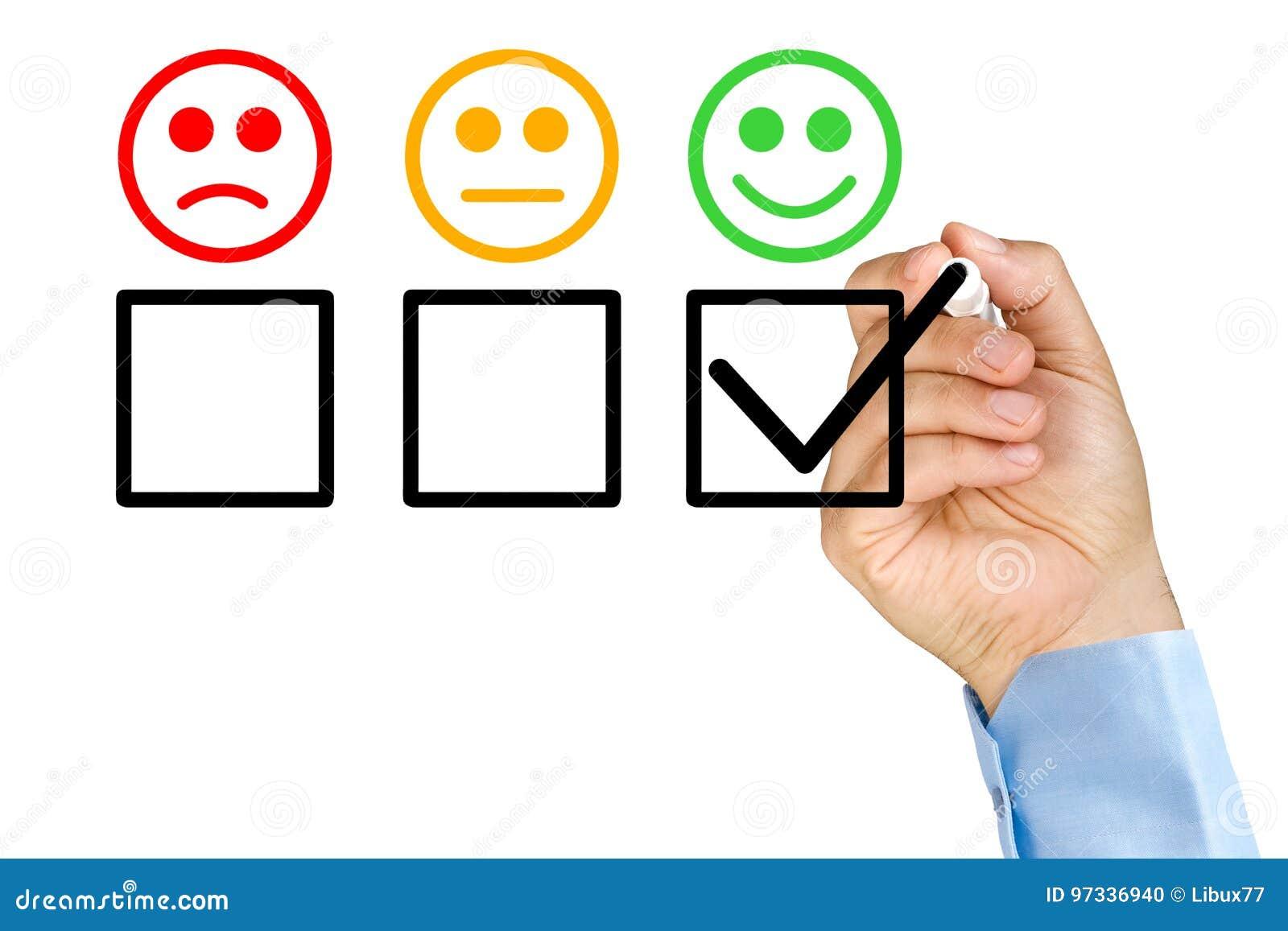 Main mettant le formulaire d évaluation de service client de contrôle