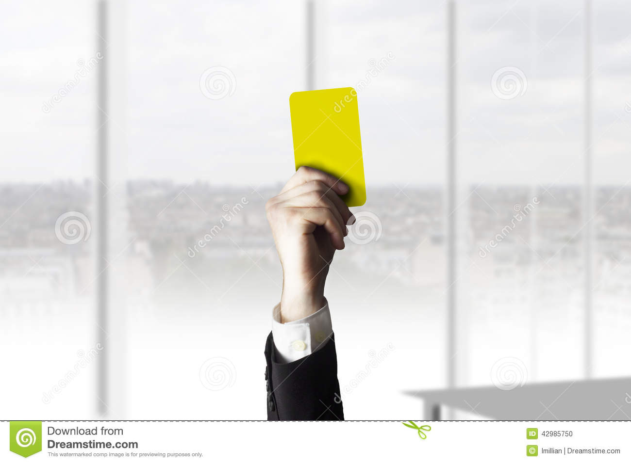 Main montrant le bureau de carte jaune photo stock image du