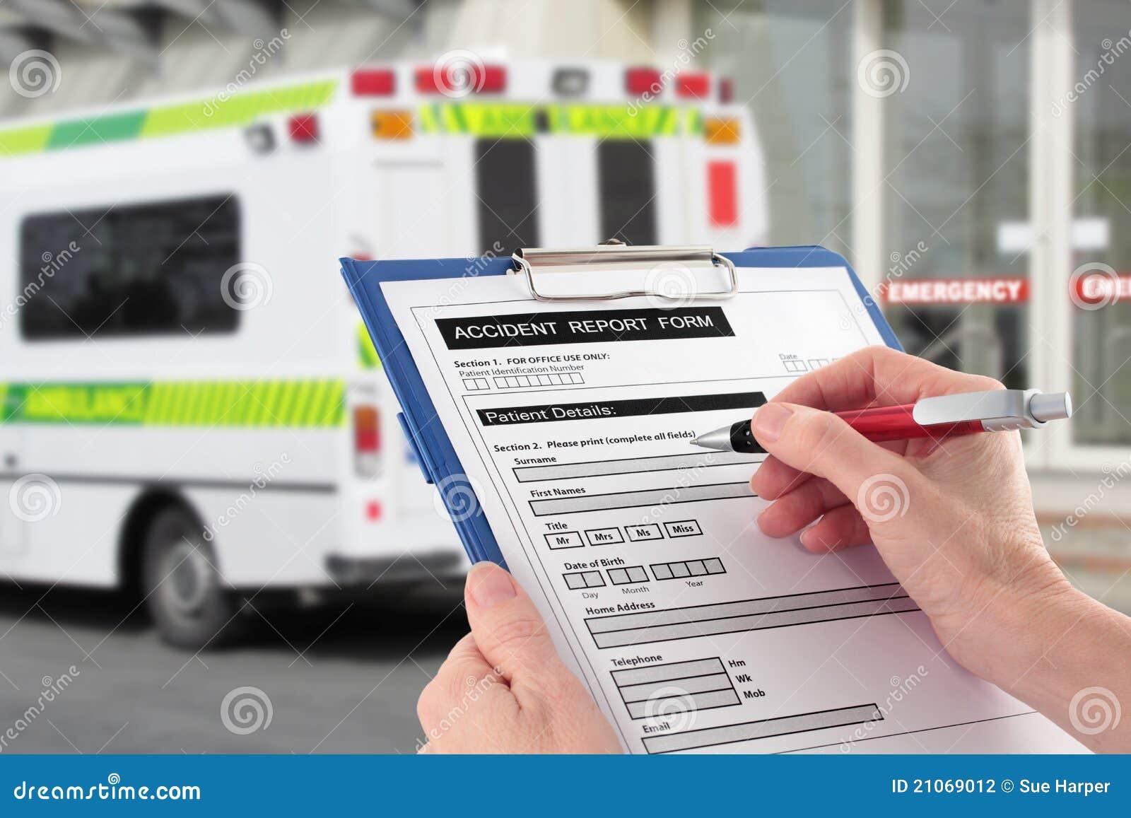 Main remplissant un formulaire de déclaration d accident par Ambulan