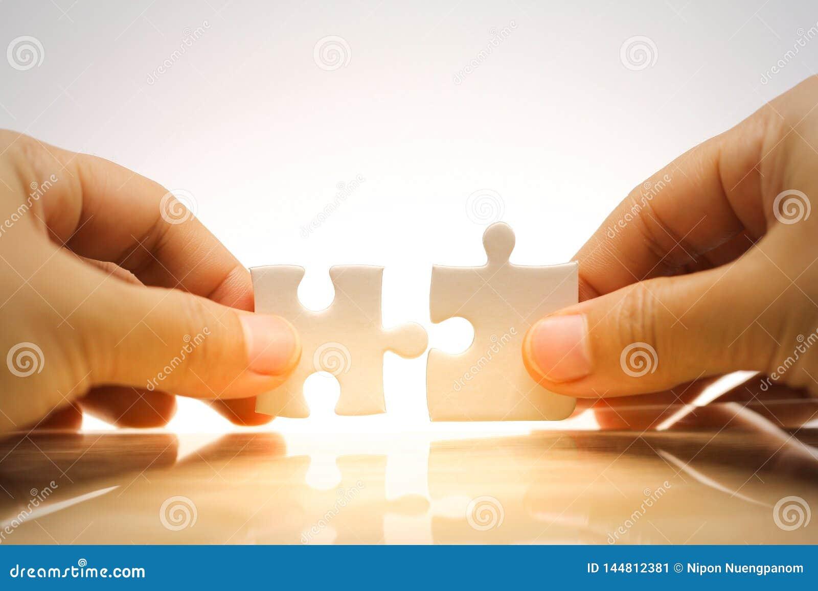 Main tenant et reliant des puzzles denteux