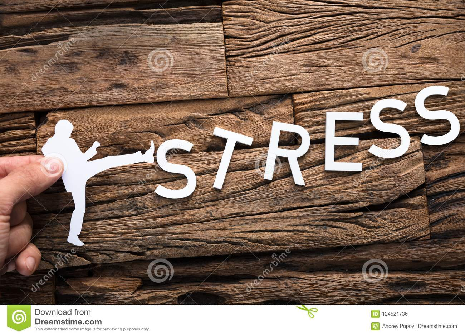 Main tenant l homme d affaires de papier Kicking Word Stress