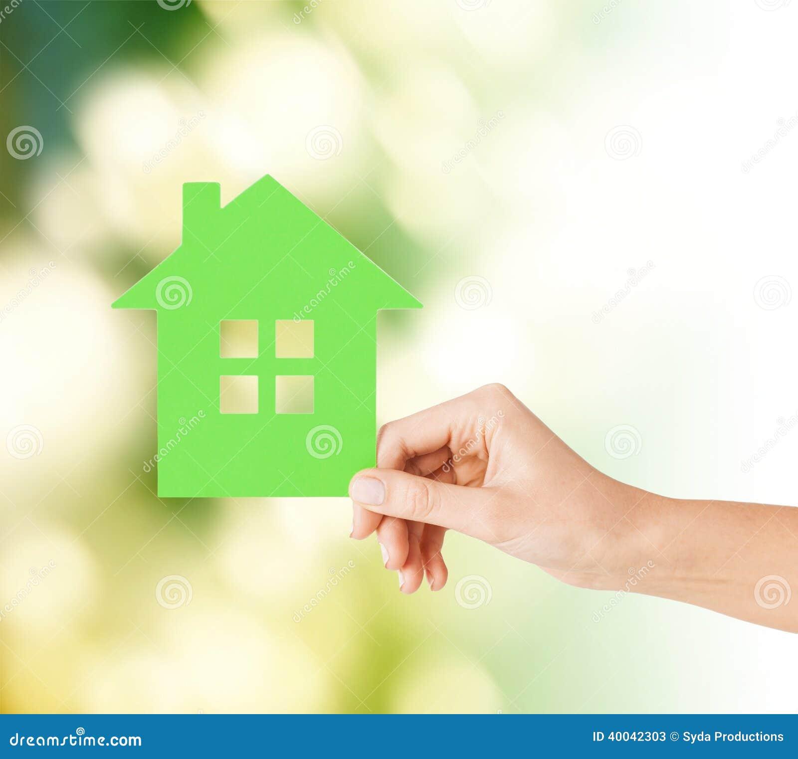 Main tenant la maison de Livre vert