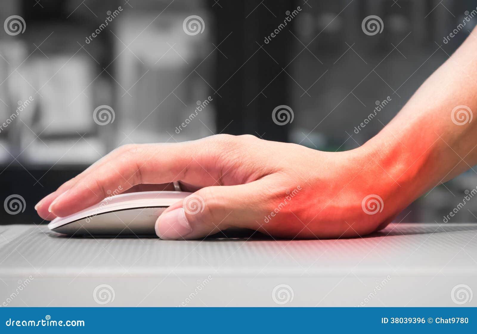main tenant la souris d 39 ordinateur ayant la douleur de poignet image libre de droits image. Black Bedroom Furniture Sets. Home Design Ideas