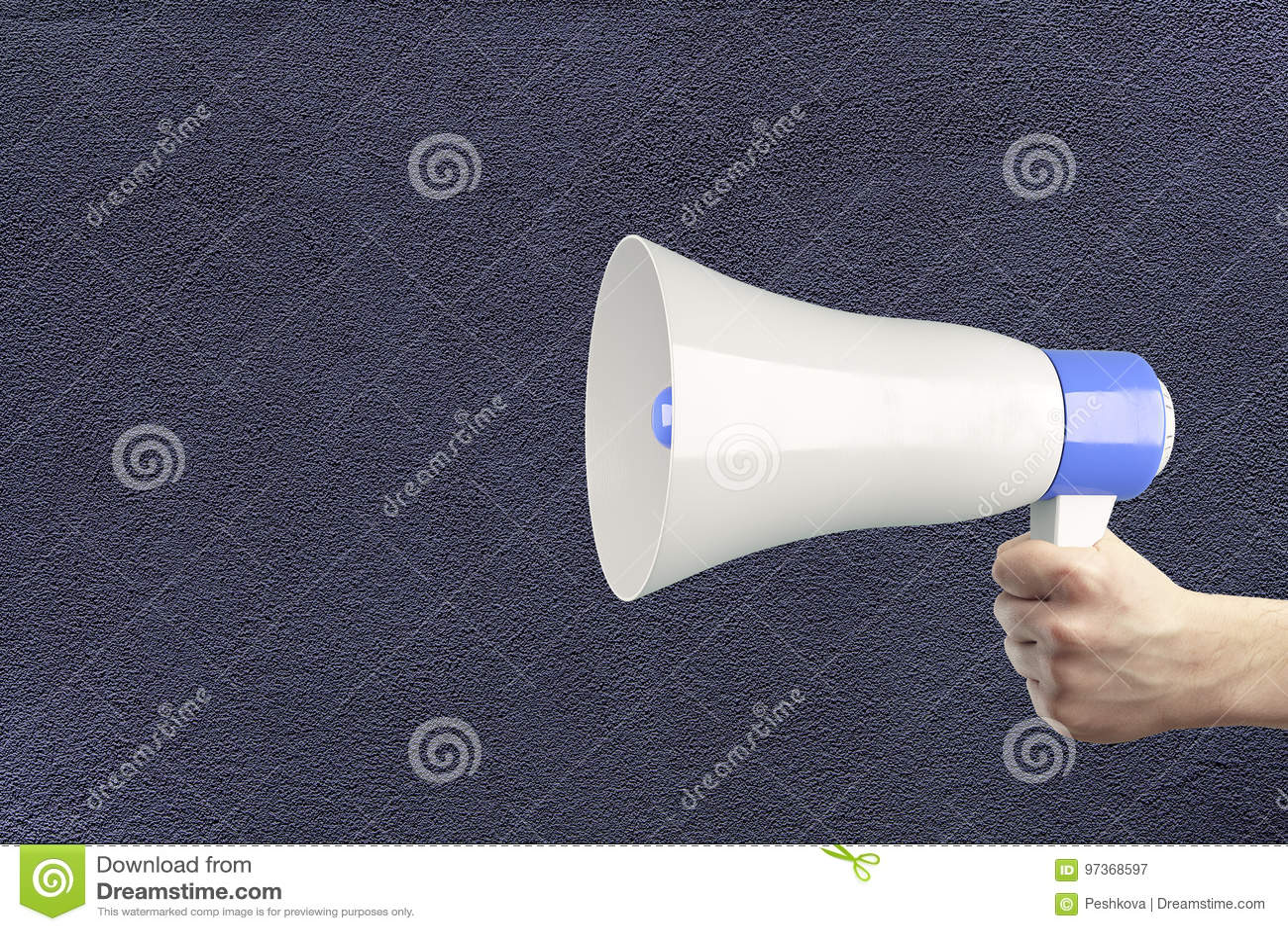 Main tenant le haut-parleur bruyant
