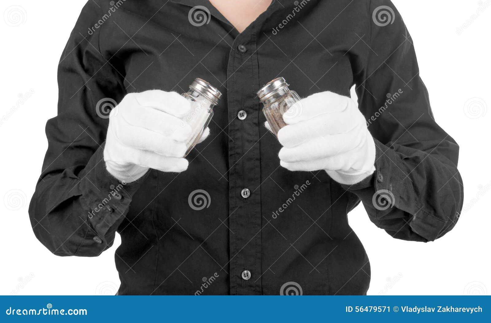 Main tenant les dispositifs trembleurs de sel en verre et de poivre