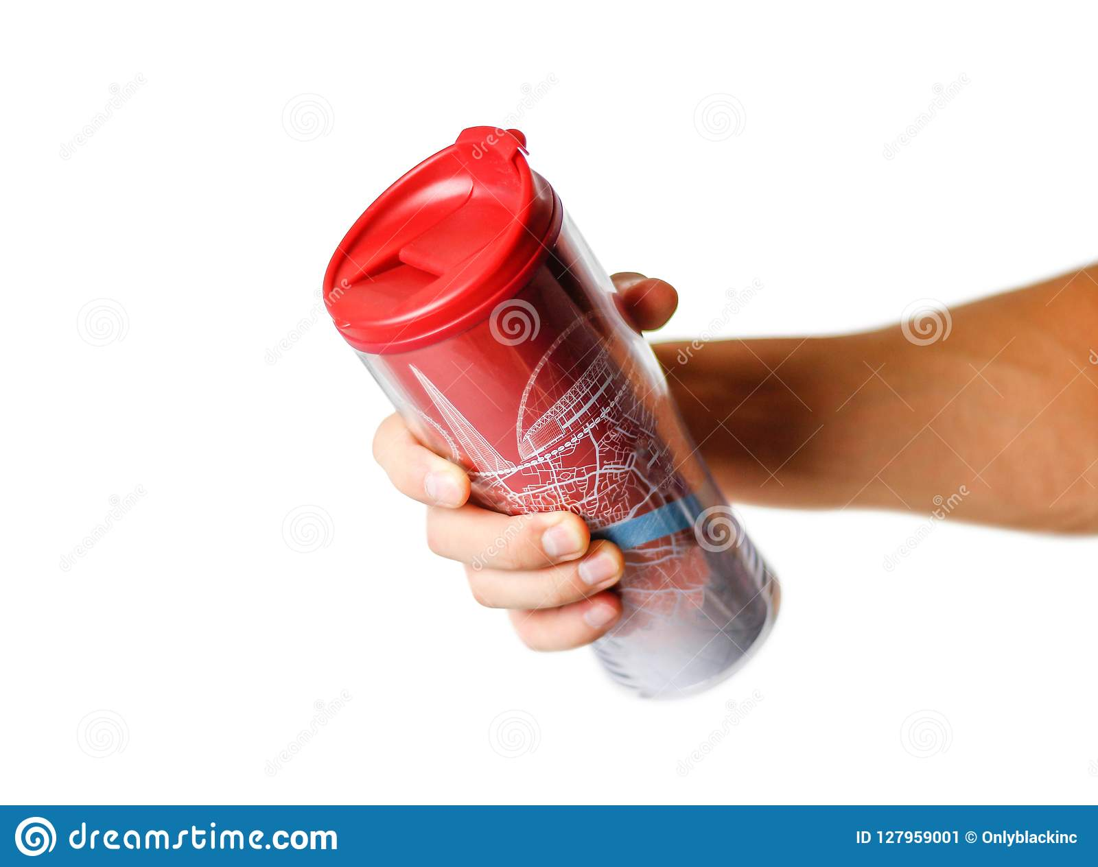 Main tenant une tasse thermo rouge Fin vers le haut D isolement sur le fond blanc