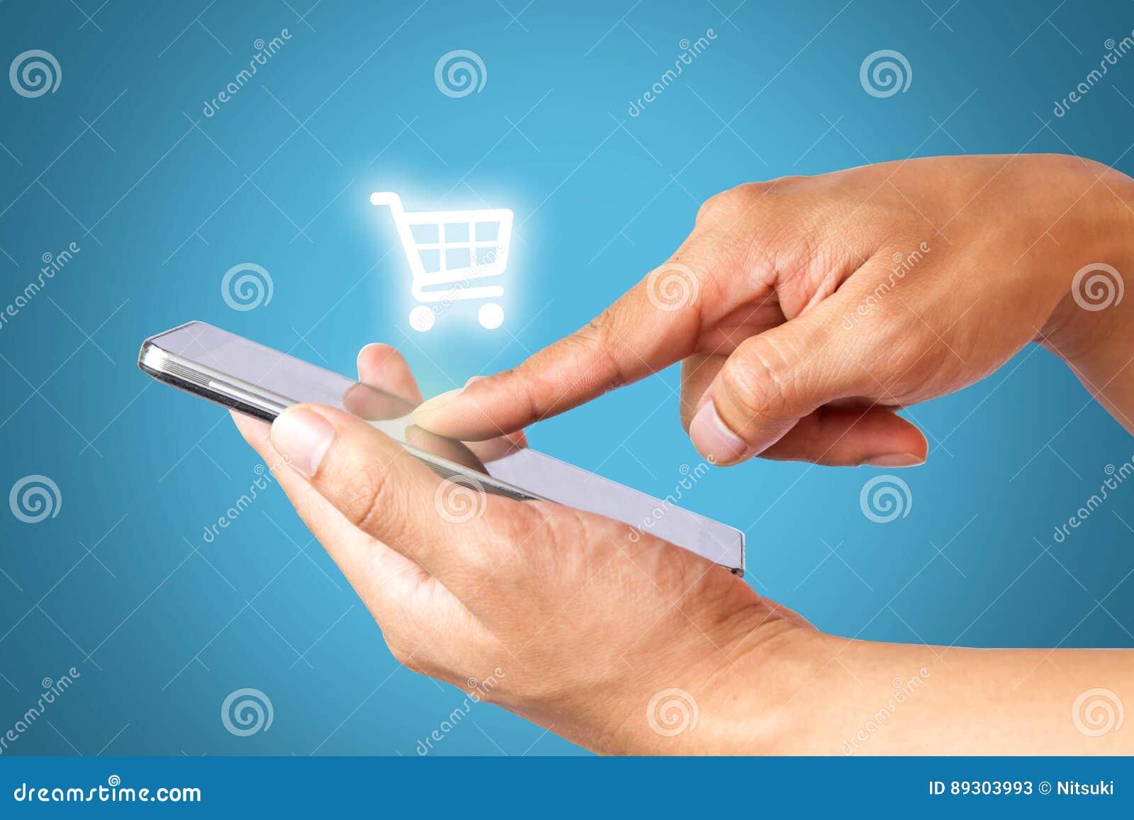 Main utilisant des achats de téléphone portable, des affaires et le concept en ligne de commerce électronique