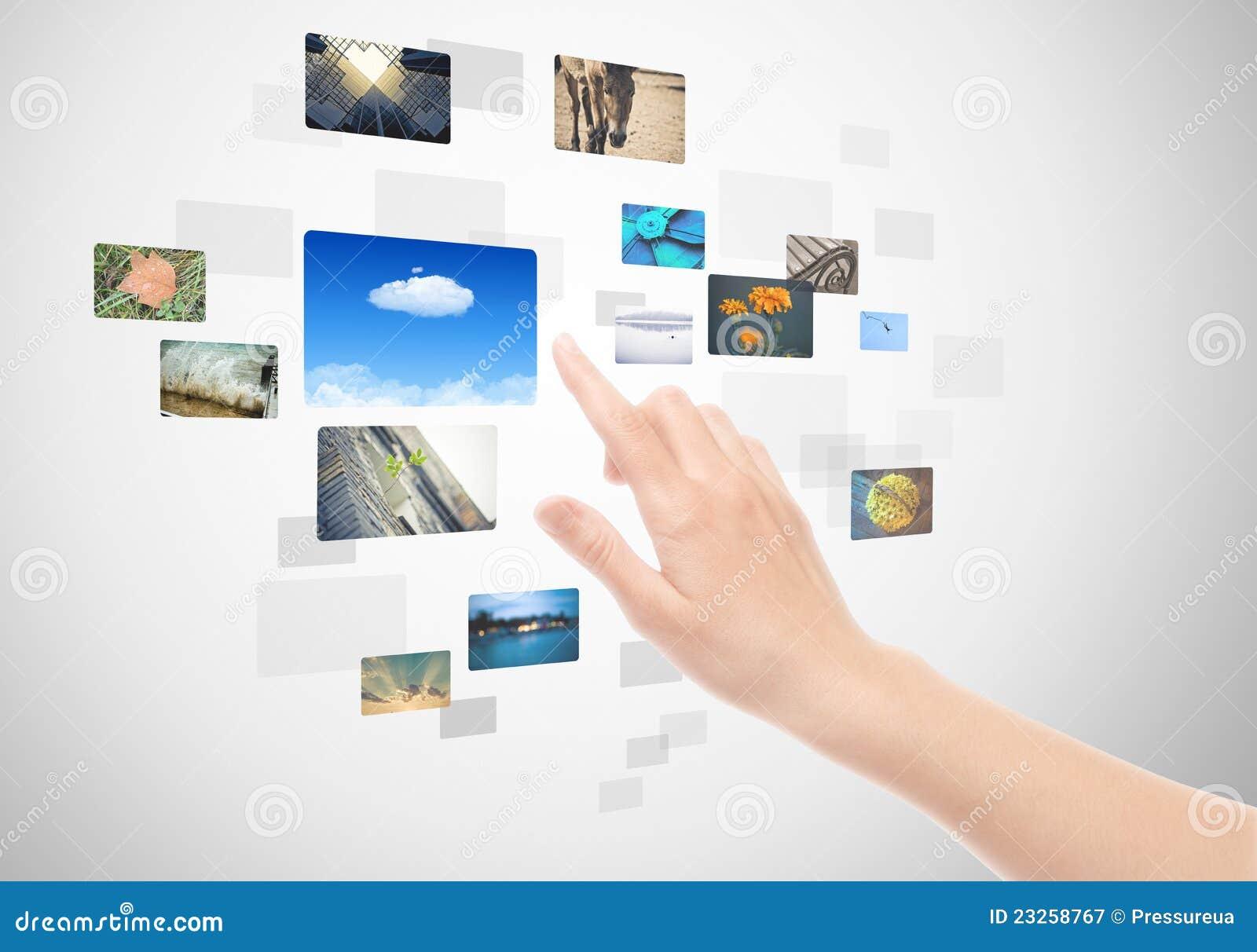 Main utilisant la surface adjacente d écran tactile avec des illustrations