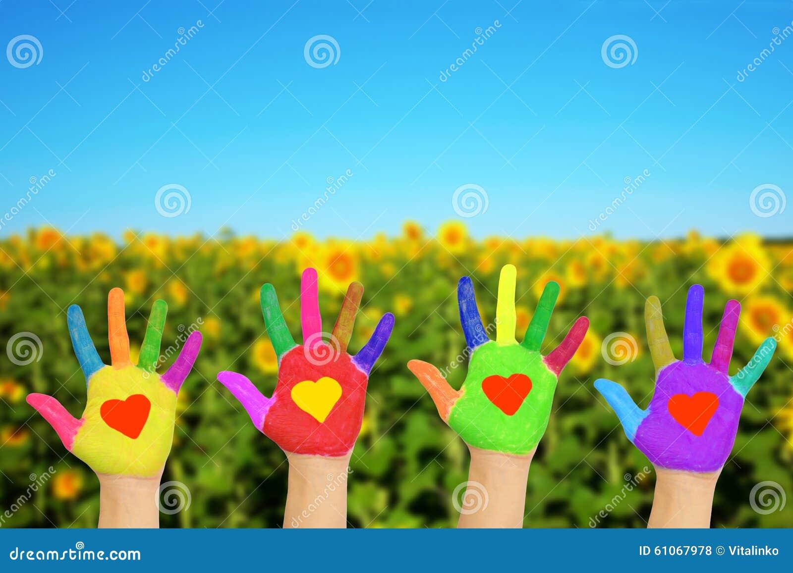 Mains avec des coeurs, concept écologique