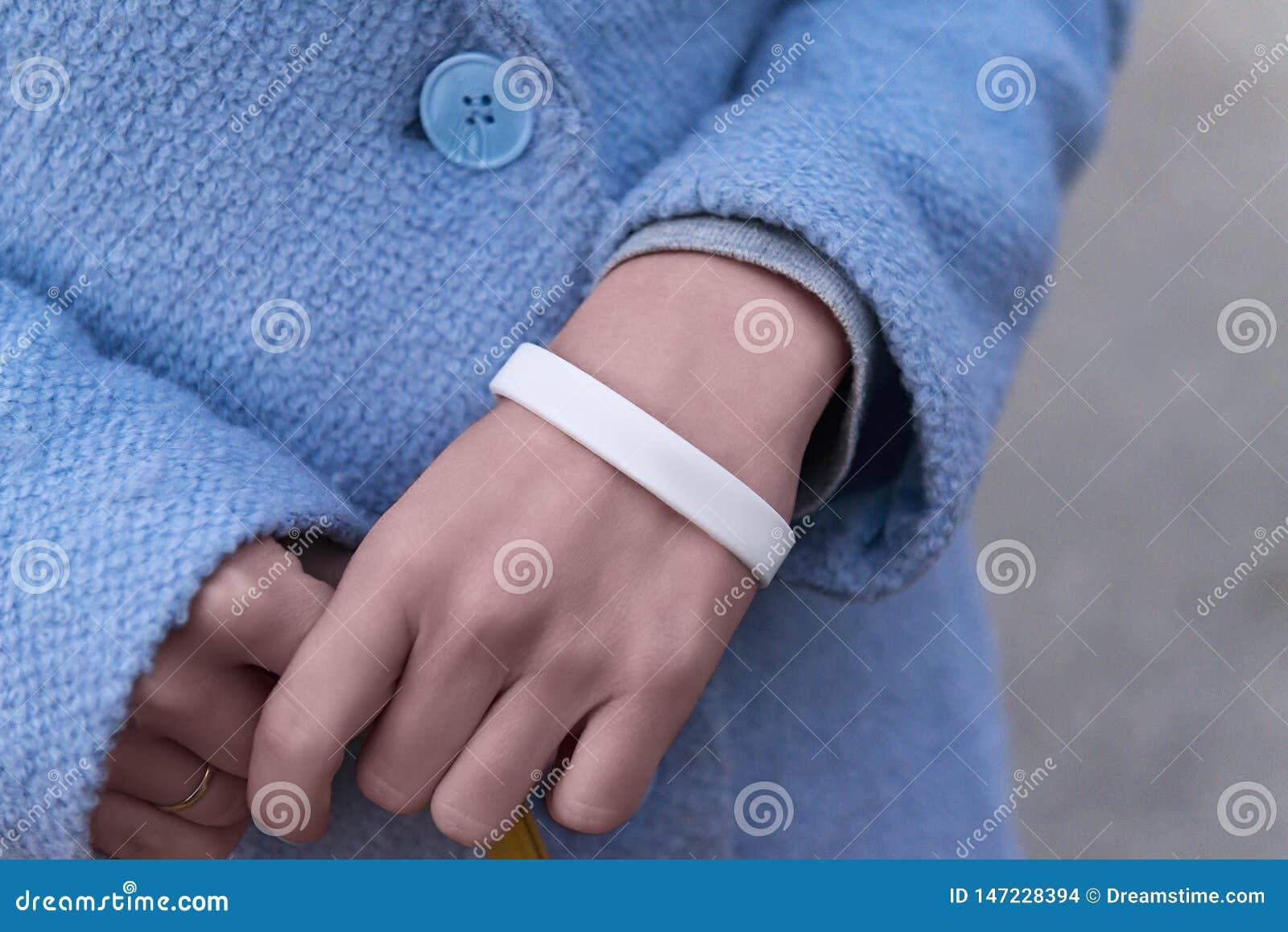 Mains avec le bracelet blanc