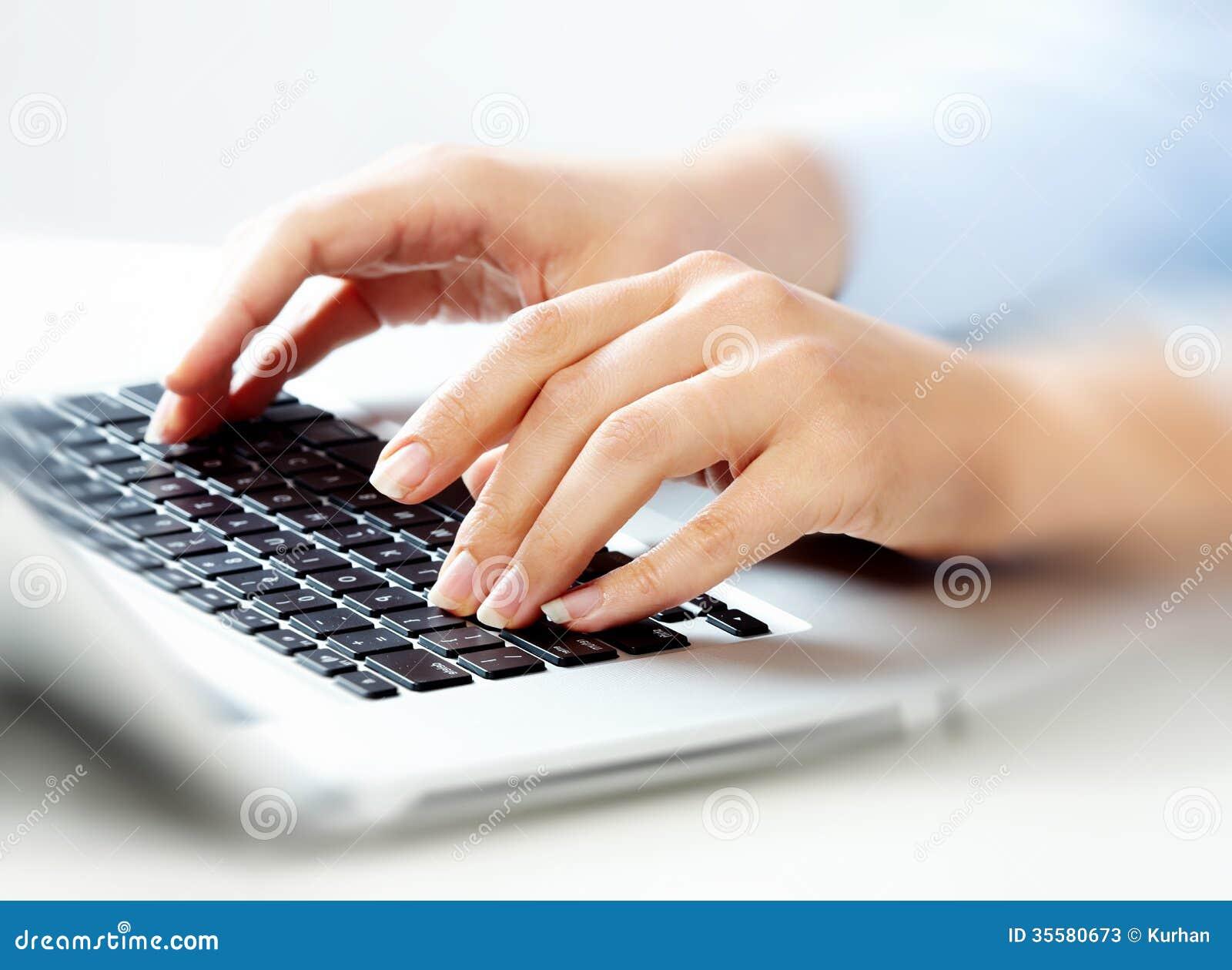 mains avec le clavier d 39 ordinateur portable photos stock. Black Bedroom Furniture Sets. Home Design Ideas