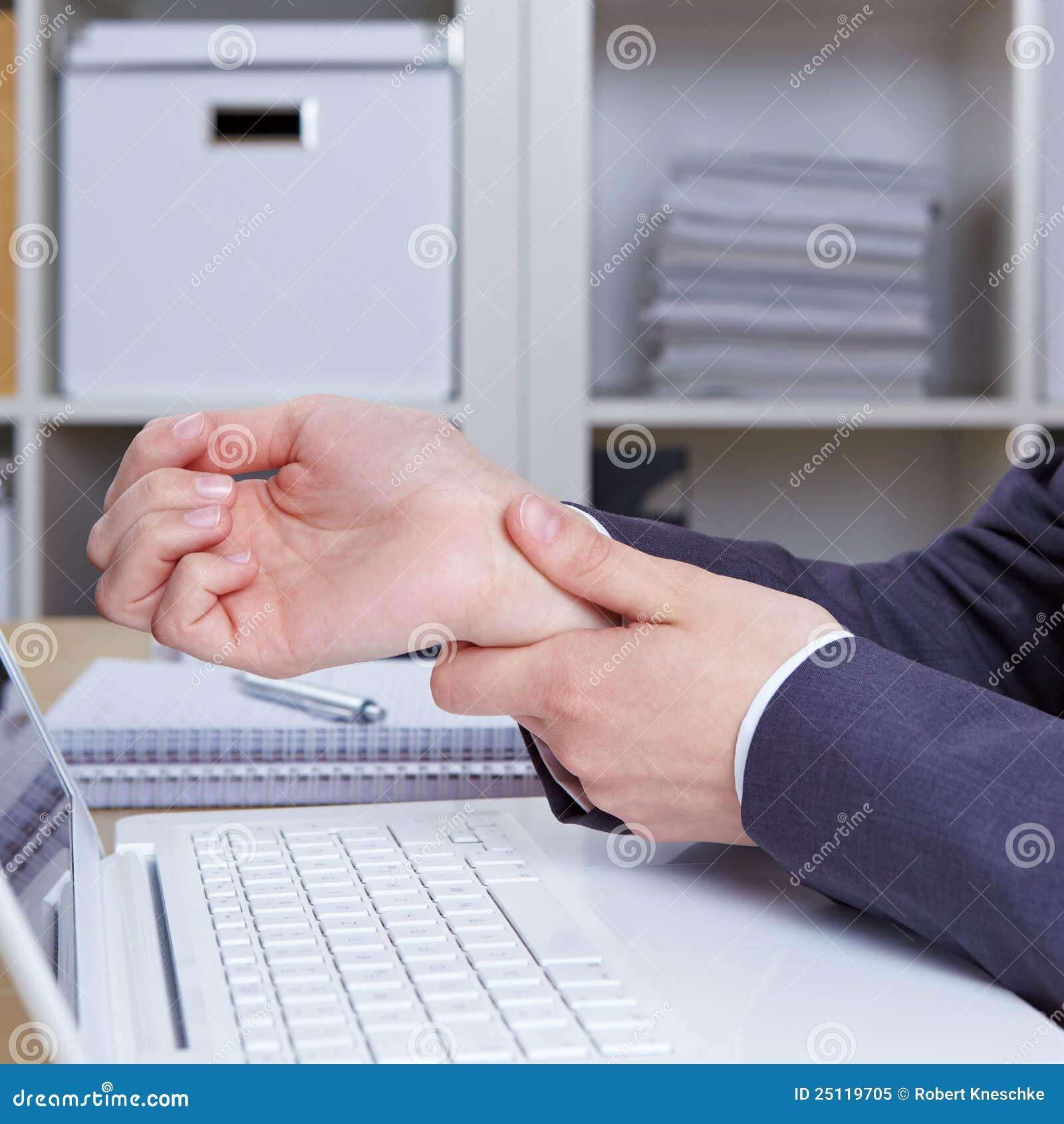 Mains avec le syndrome de tunnel de carpal