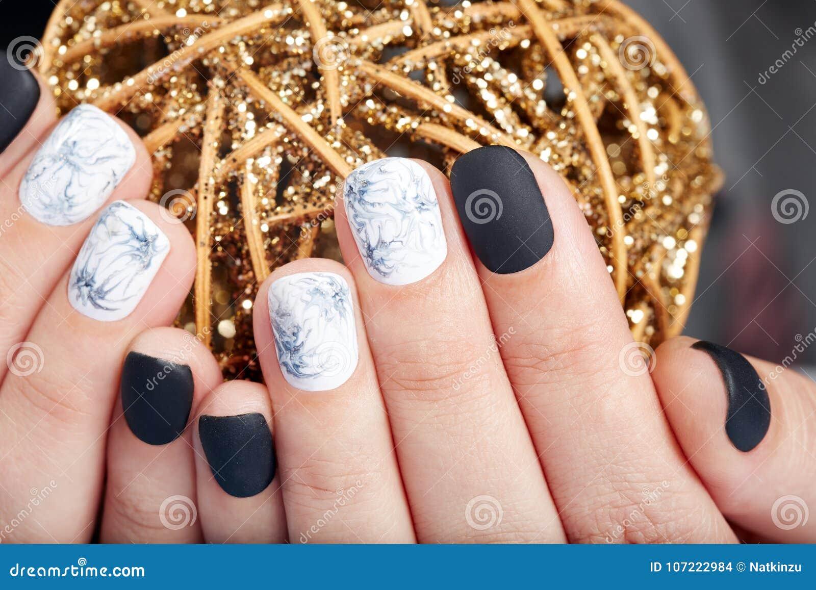 Mains Avec Les Ongles Manucurés Courts Colorés Avec Le