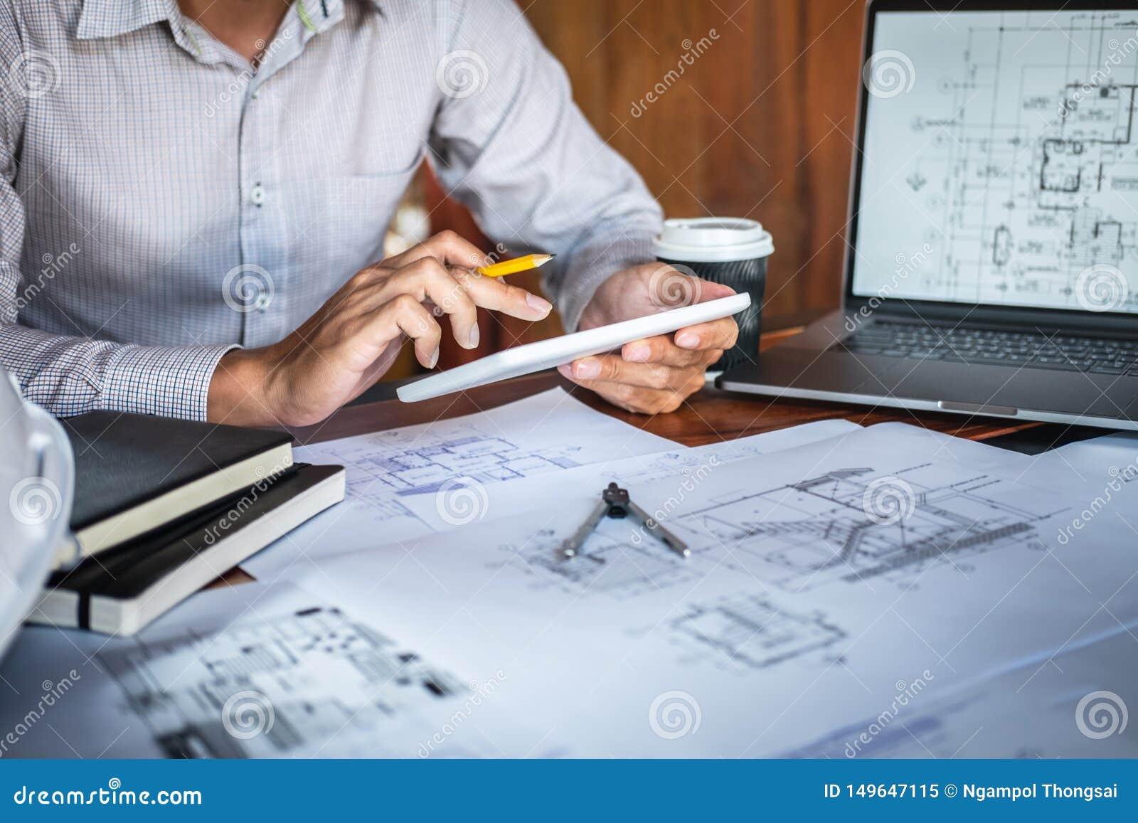 Mains d ing?nierie ou d architecte de construction travaillant ? l inspection de mod?le dans le lieu de travail, tout en v?rifian