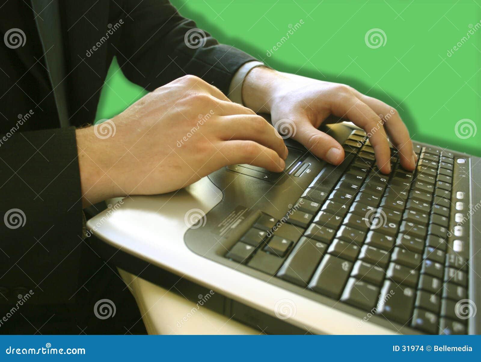 Mains d ordinateur portatif avec un homme d affaires