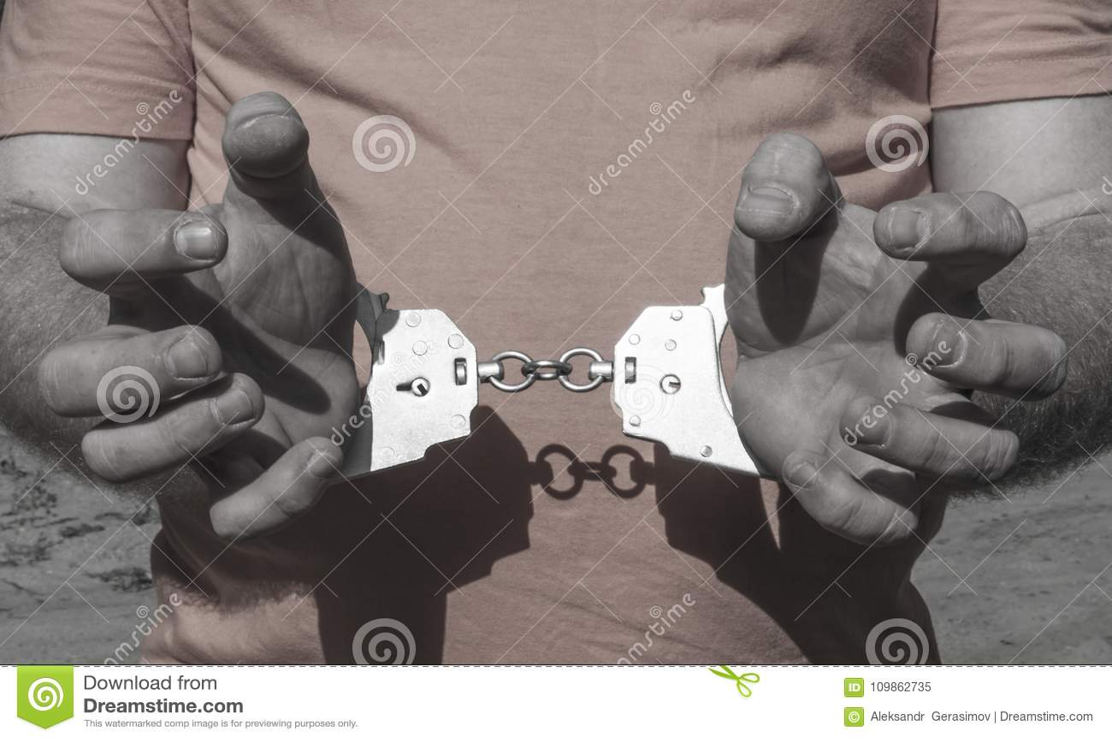 Photos de nos belles - Page 8 Mains-d-un-homme-brutal-dans-des-menottes-derri%C3%A8re-son-dos-sur-t-shirt-orange-punition-criminelle-emprisonnement-en-prison-109862735