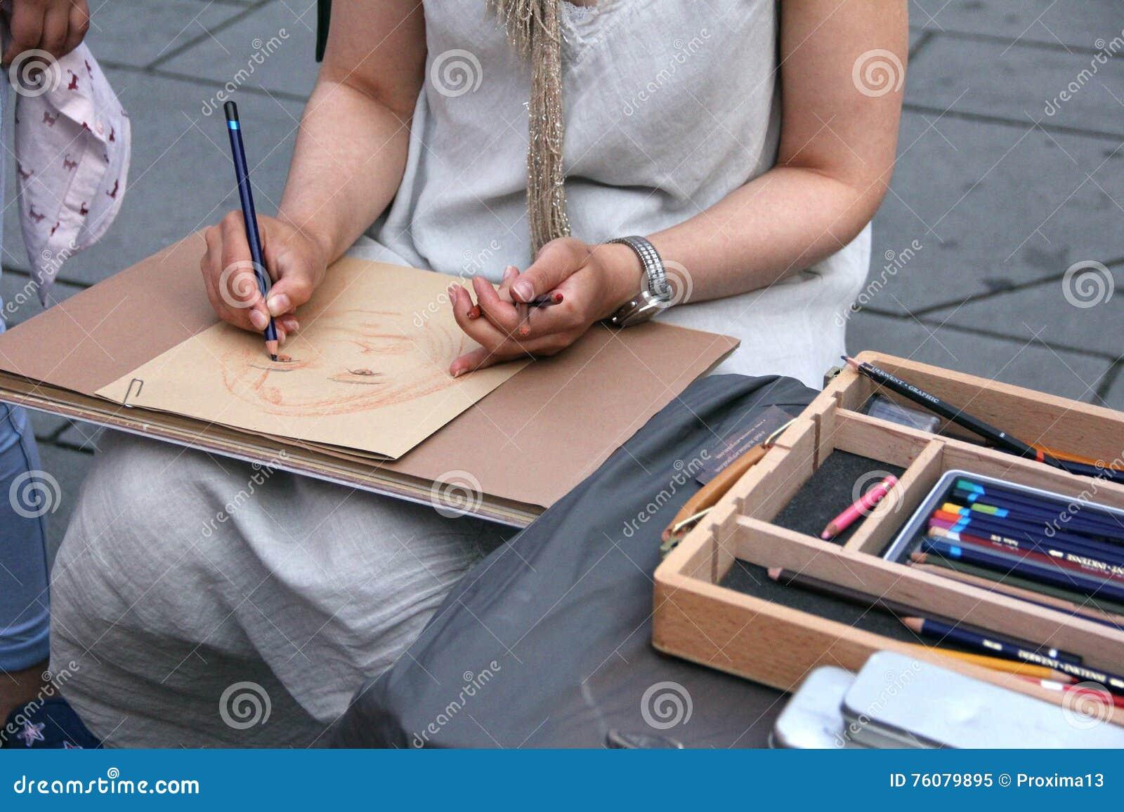 Mains d un jeune femme-artiste avec crayons