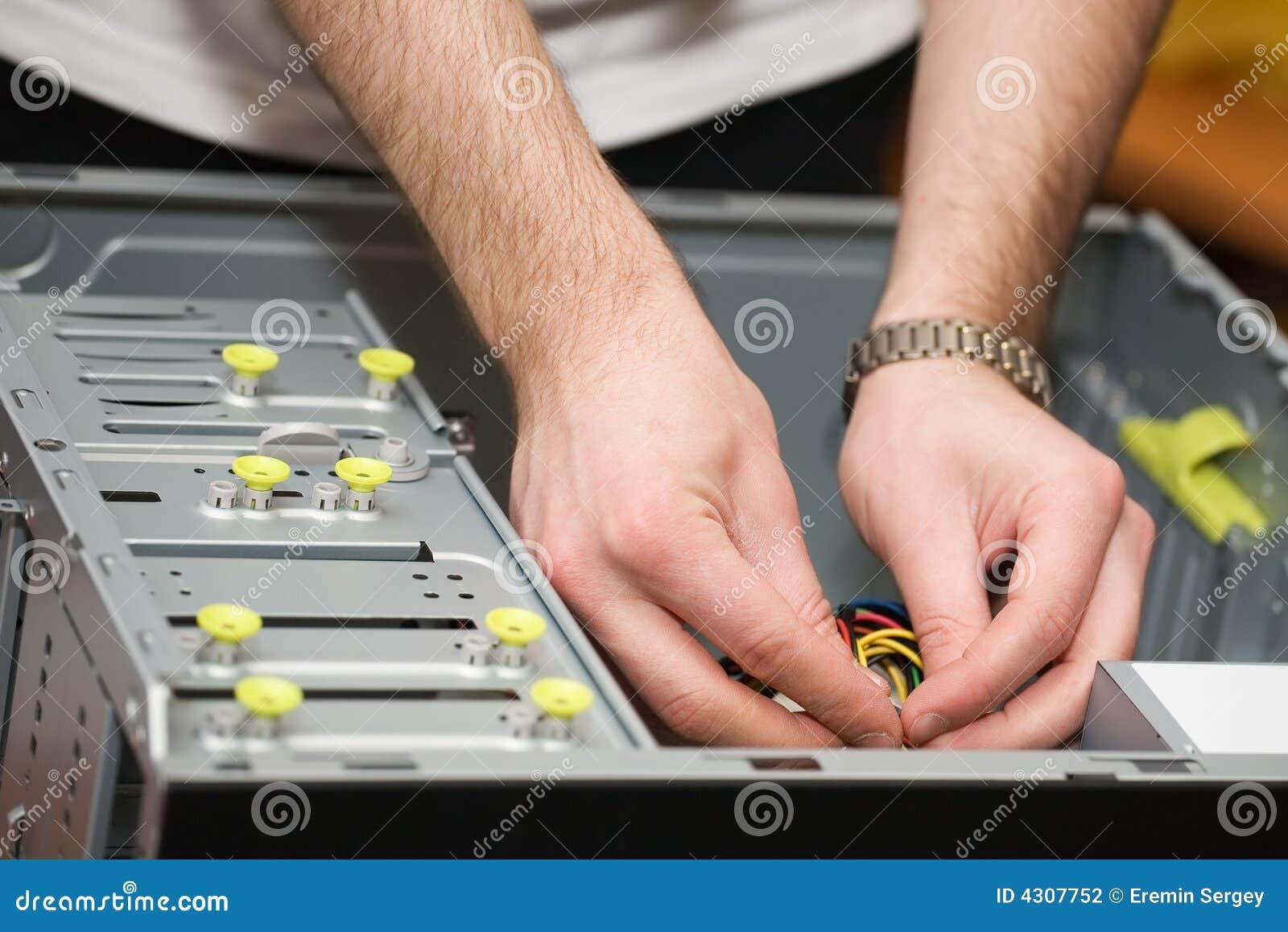 Mains dans l ordinateur