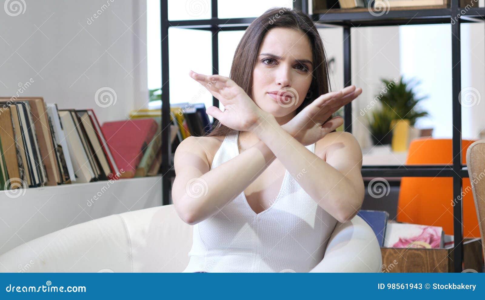 Mains de croisement, rejetant l offre, non par la femme, d intérieur