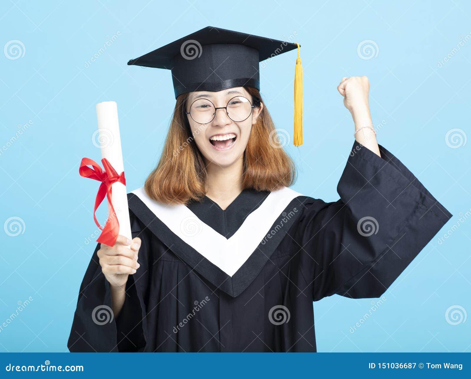 Mains de fille d obtention du diplôme de succès