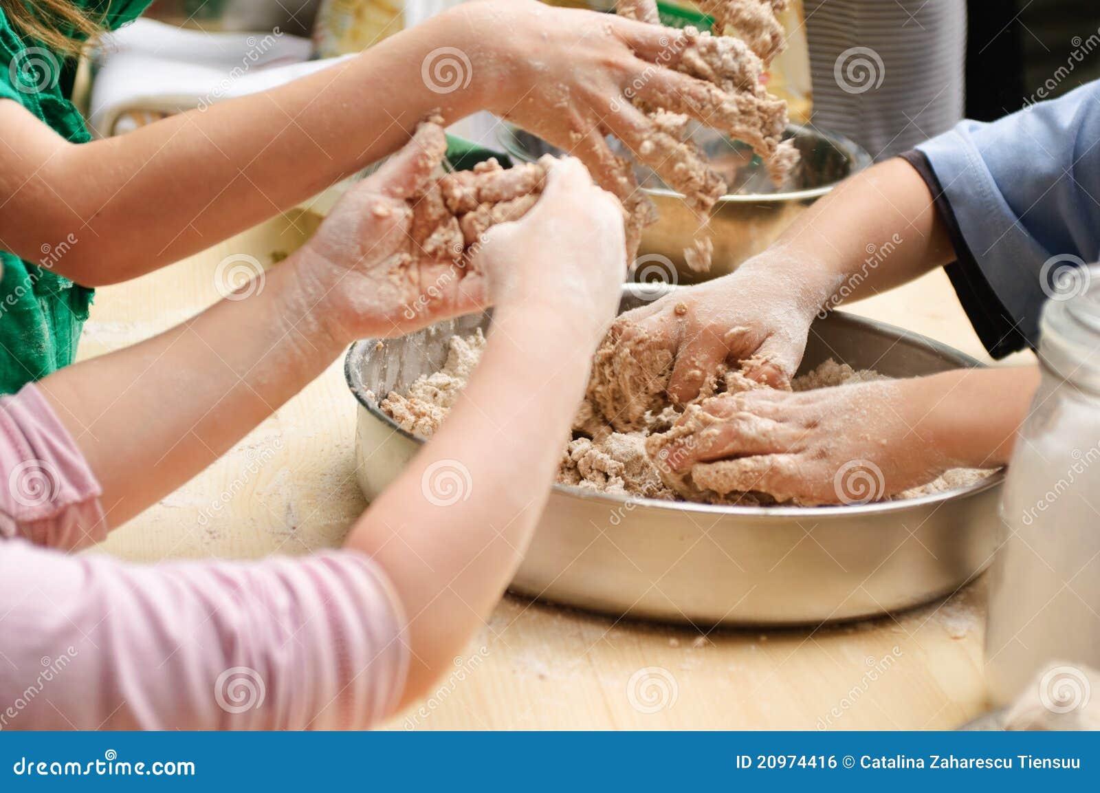 Mains de gosses préparant la pâte
