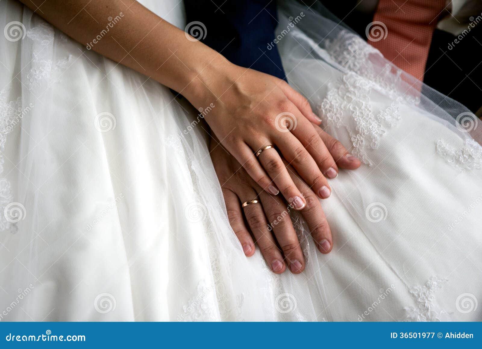 Mains de jeunes mariés
