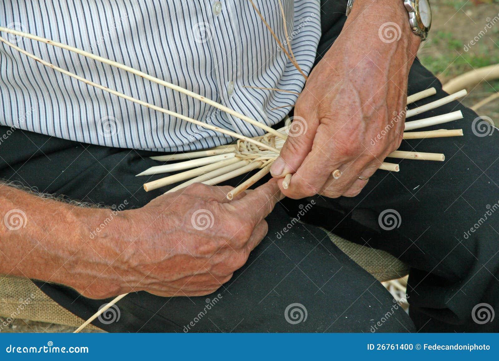 mains de l 39 artisan tout en travaillant le rotin pour faire un osier photo stock image du. Black Bedroom Furniture Sets. Home Design Ideas
