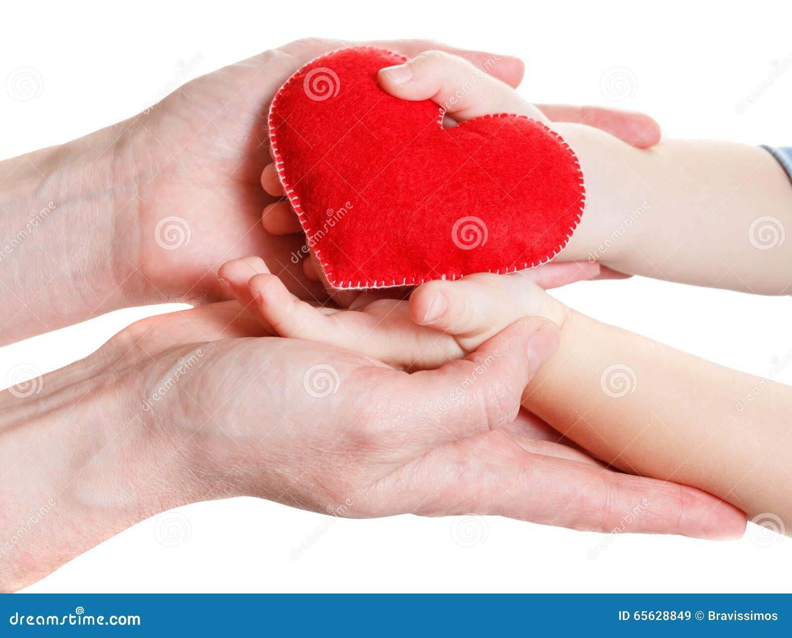 Mains de la mère et du fils tenant le symbole de coeur
