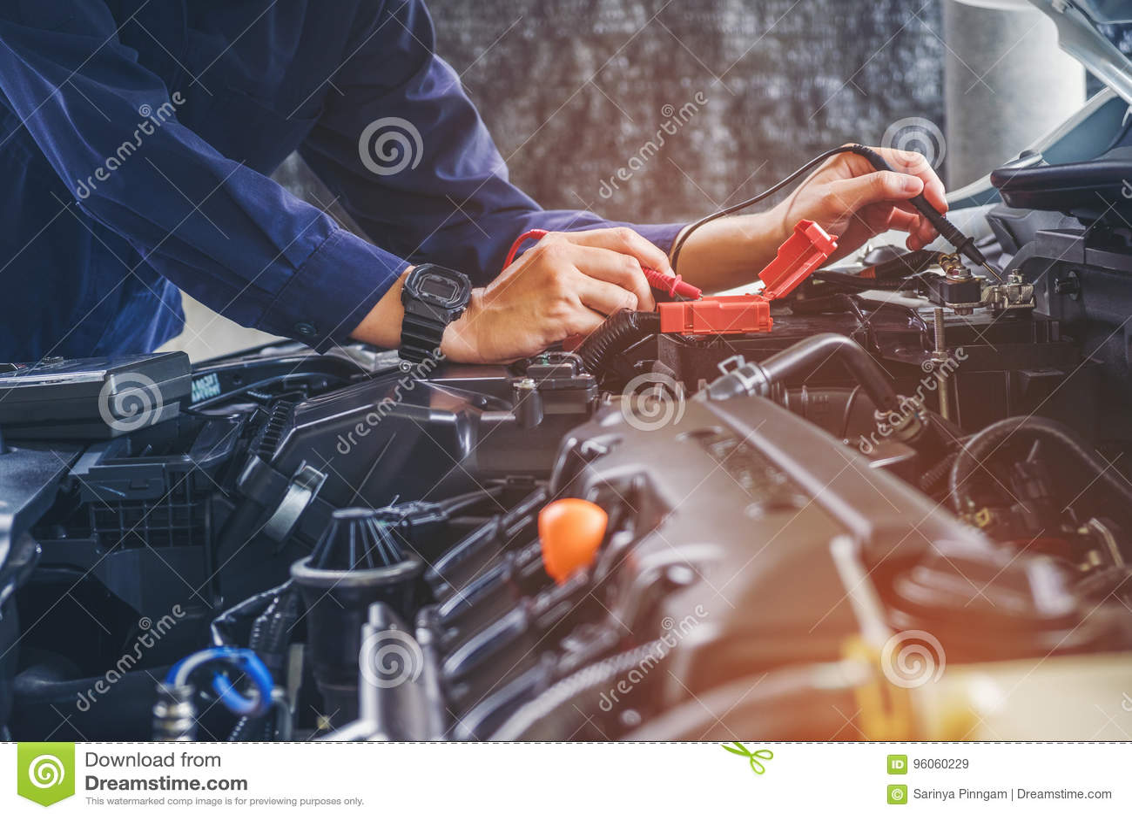 Mains de mécanicien de voiture fonctionnant dans le service des réparations automatique