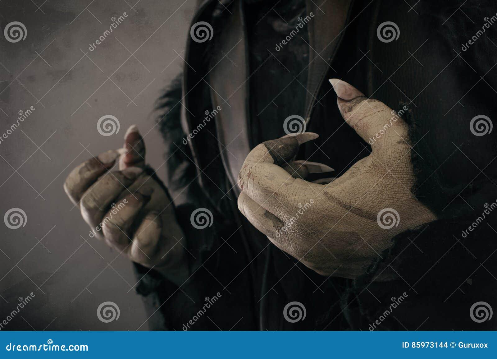 Mains de monstre avec de grands clous effrayants