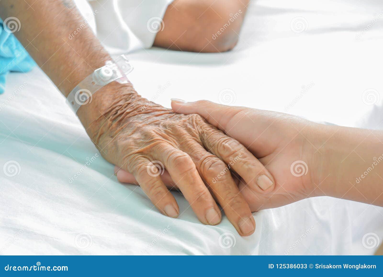 Mains de patient hospitalisé au soin