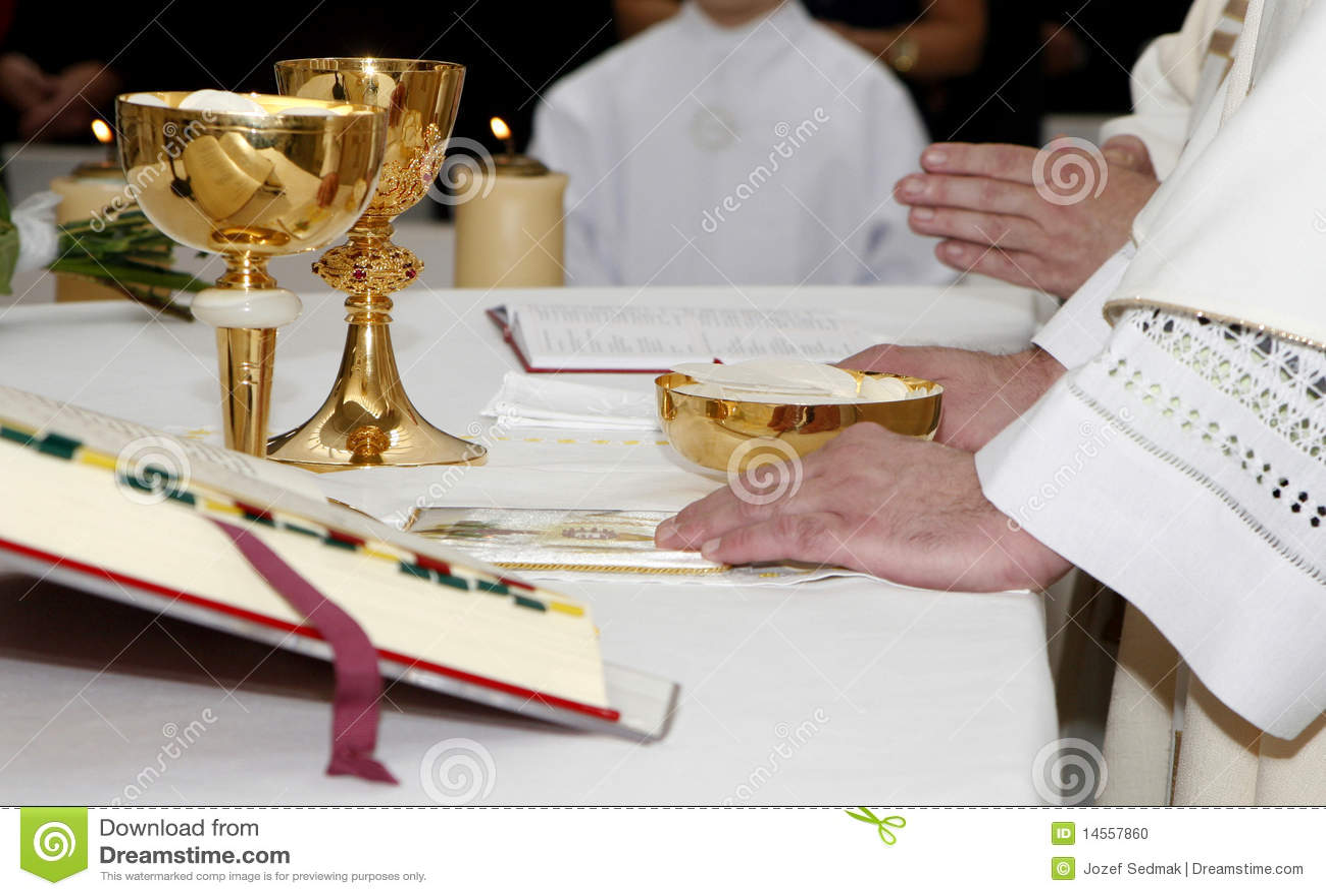 Mains de prêtre par la masse