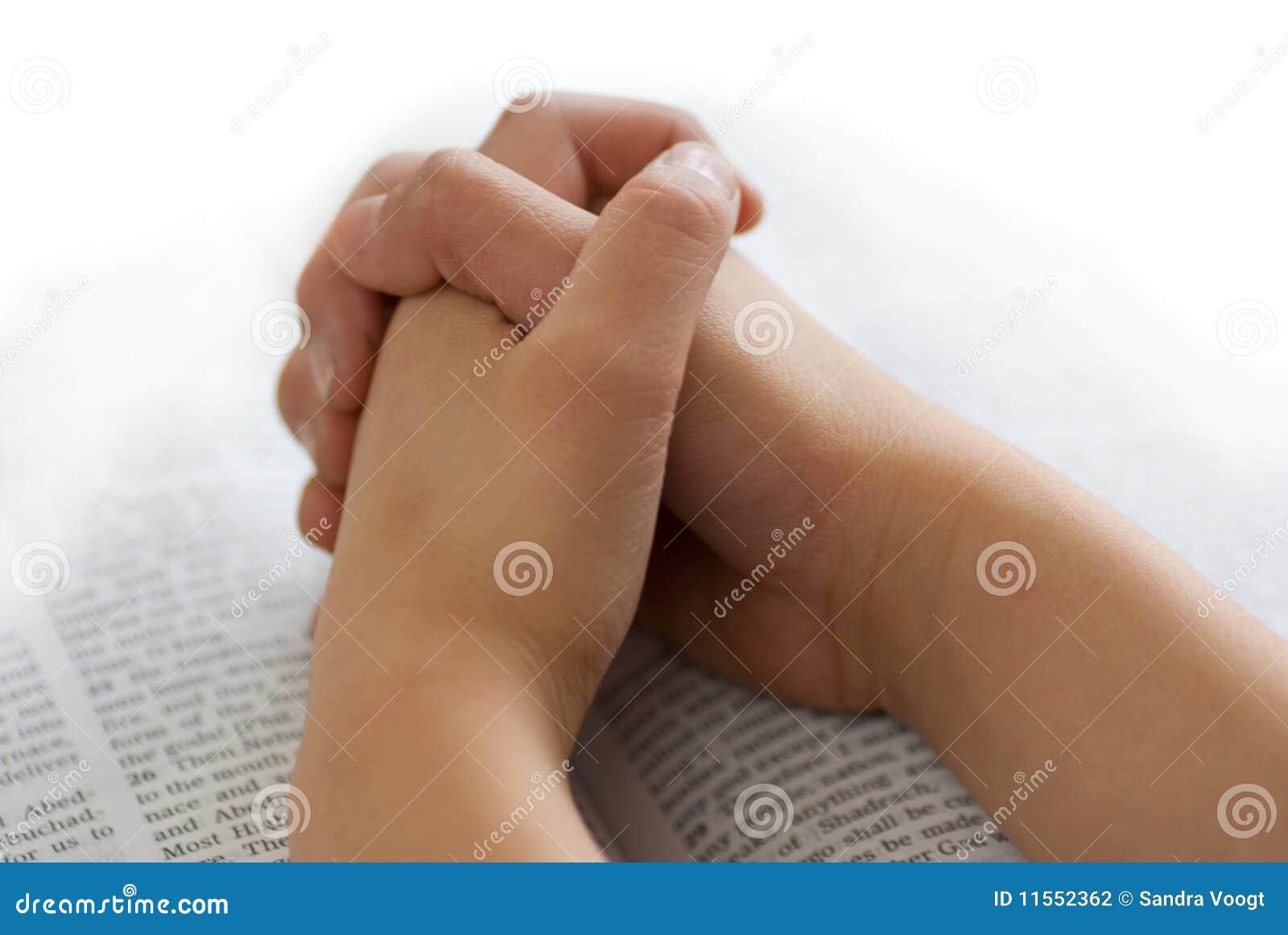 Mains de prière sur la bible