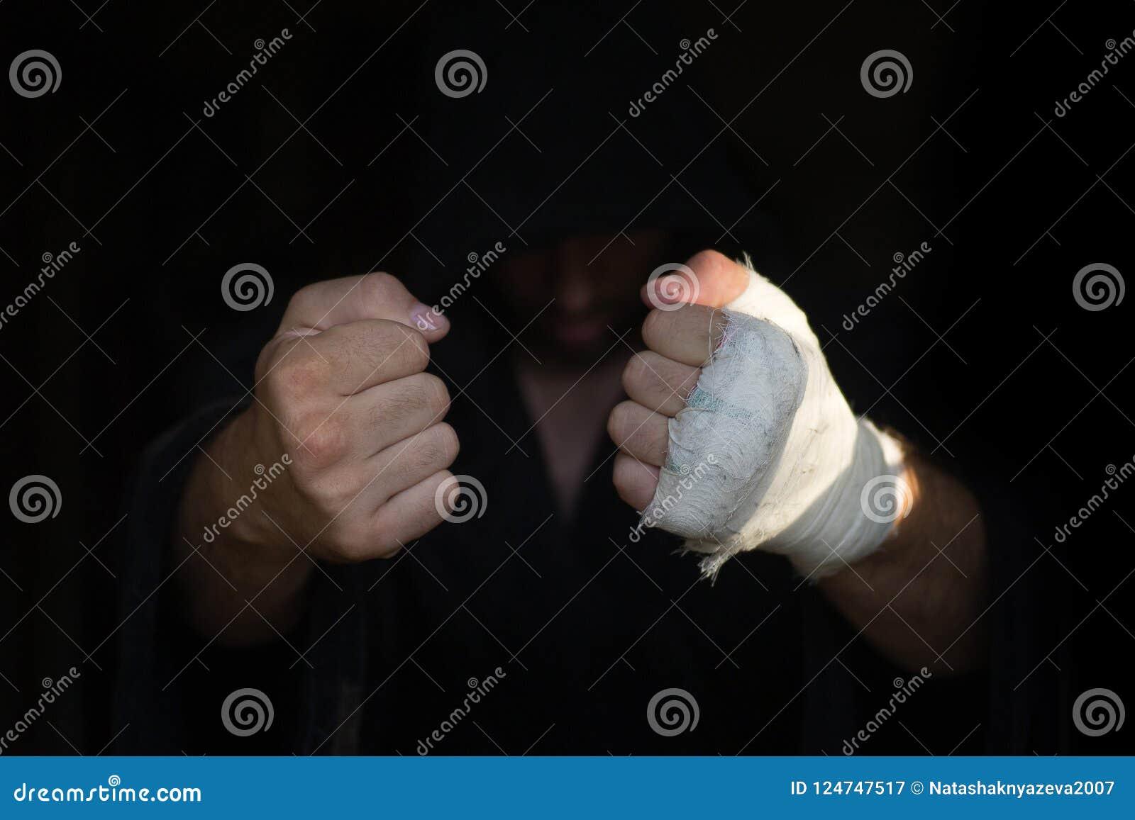 Mains de pro boxeur avec le bandage sur les poings avant combat Le combattant professionnel est préparé dans le vestiaire avant
