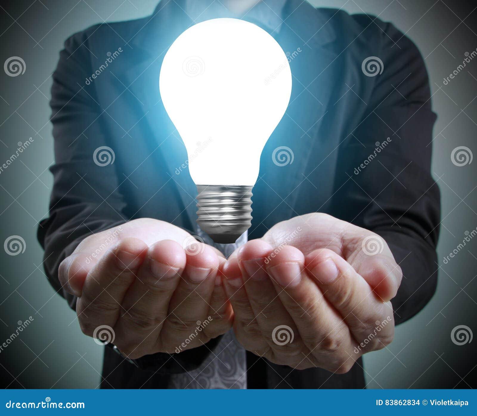 Mains de tenir l ampoule