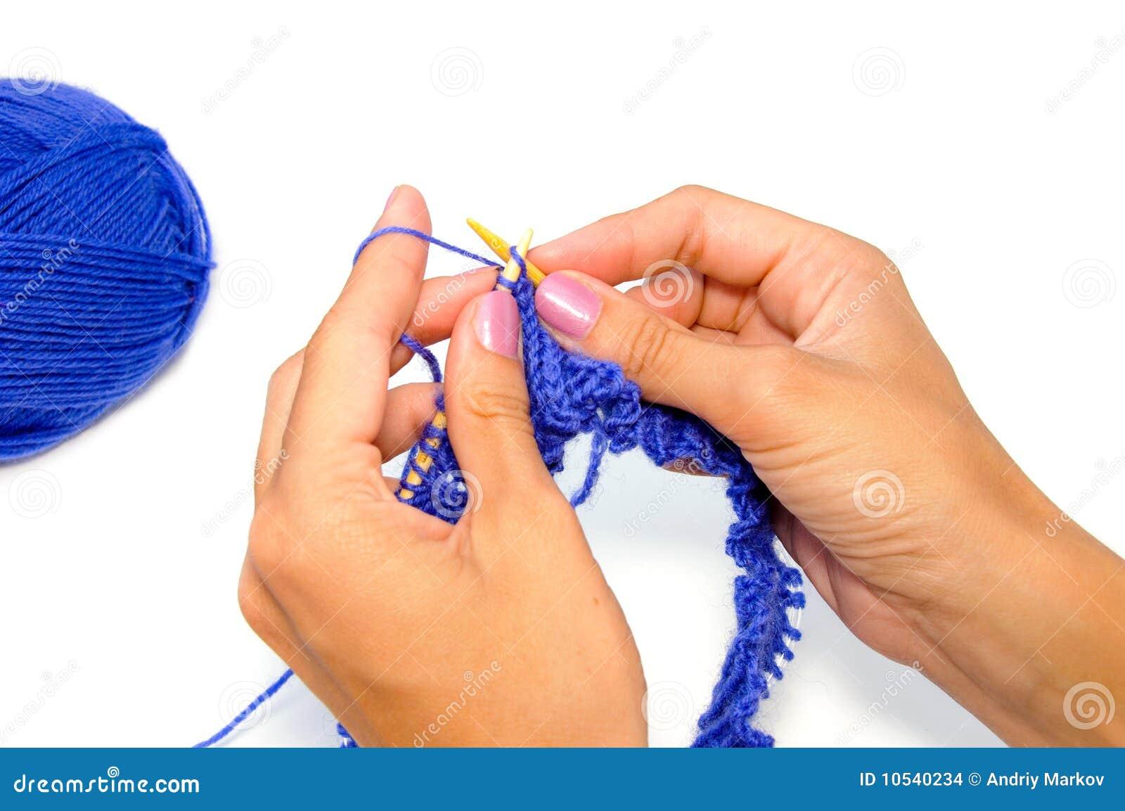 Mains de tricotage