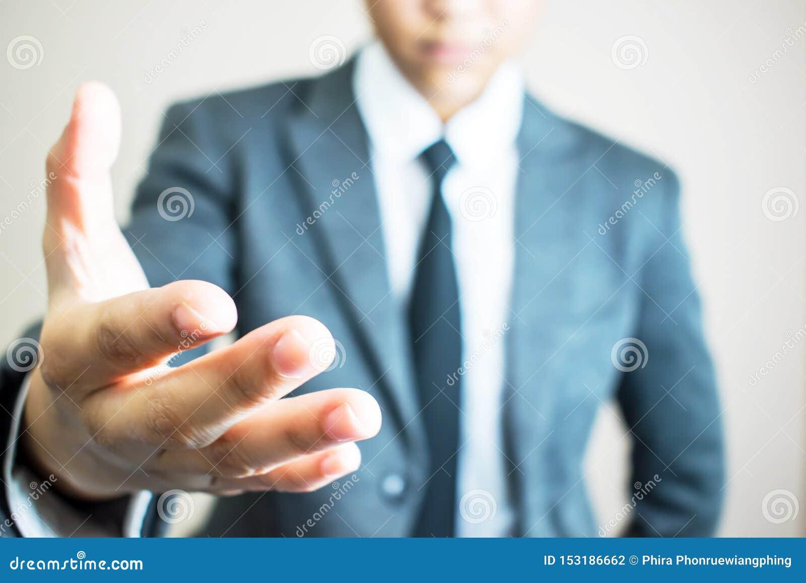 Mains des mains debout d homme d affaires fonctionnant ensemble