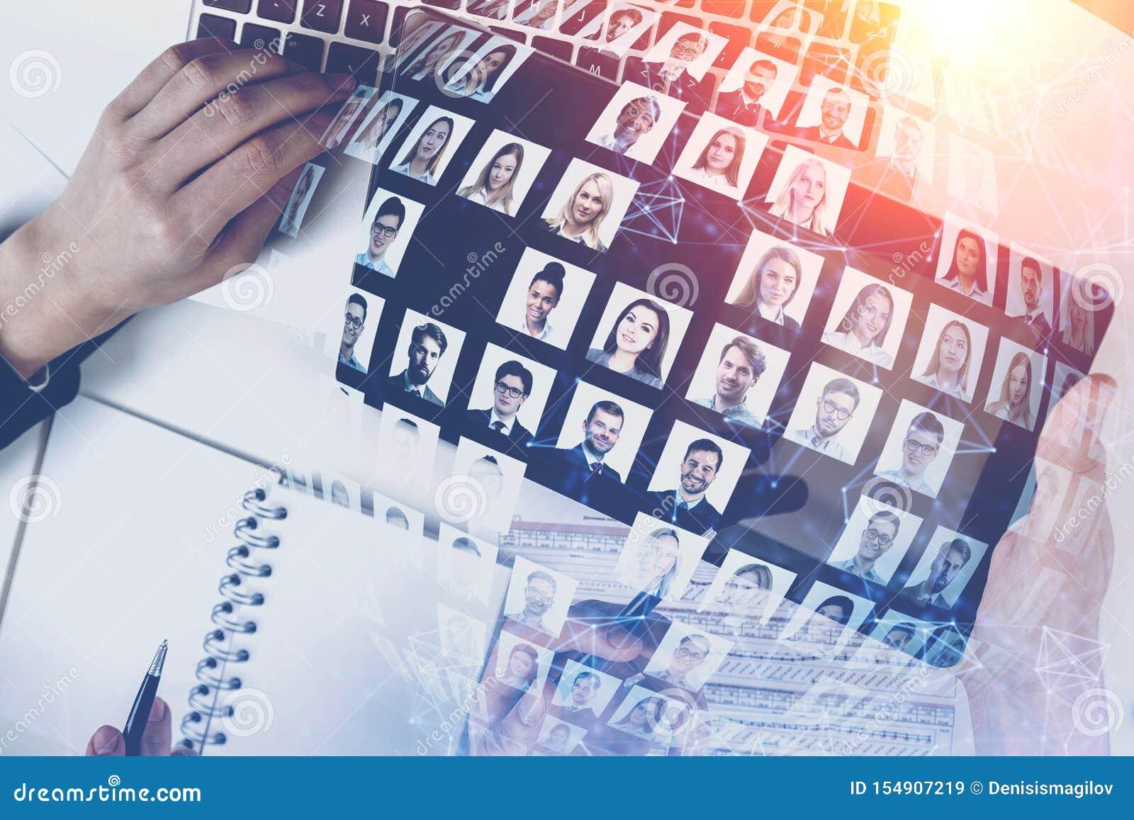 Mains des personnes dans le bureau, médias sociaux