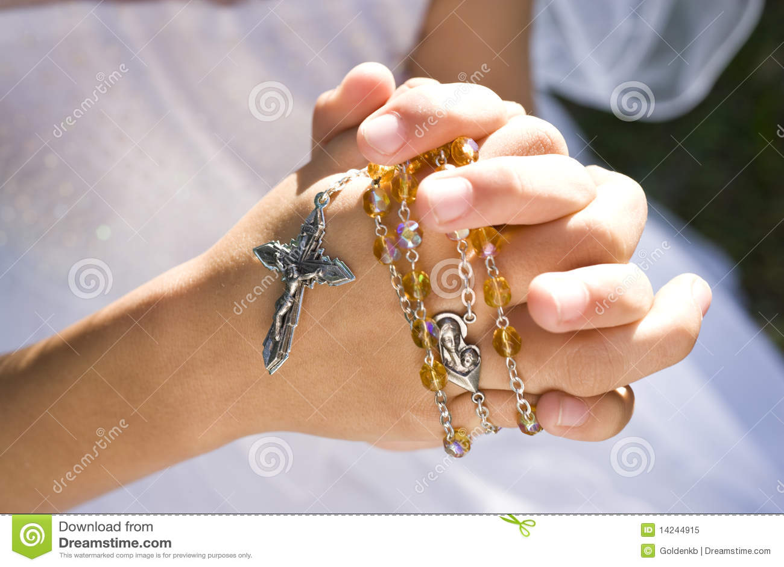 Mains des programmes et de la croix de rosaire de fixation d enfant