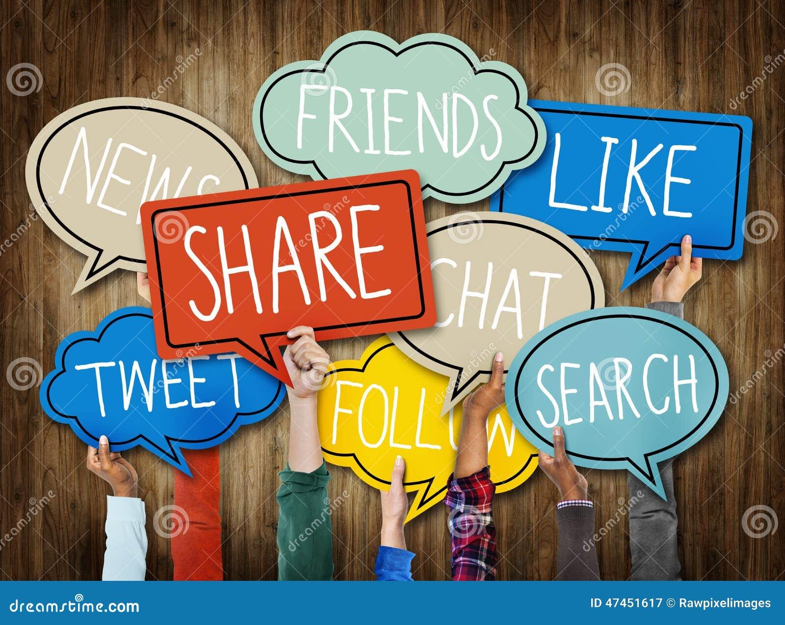 Mains diverses tenant le concept social de bulles de la parole de media