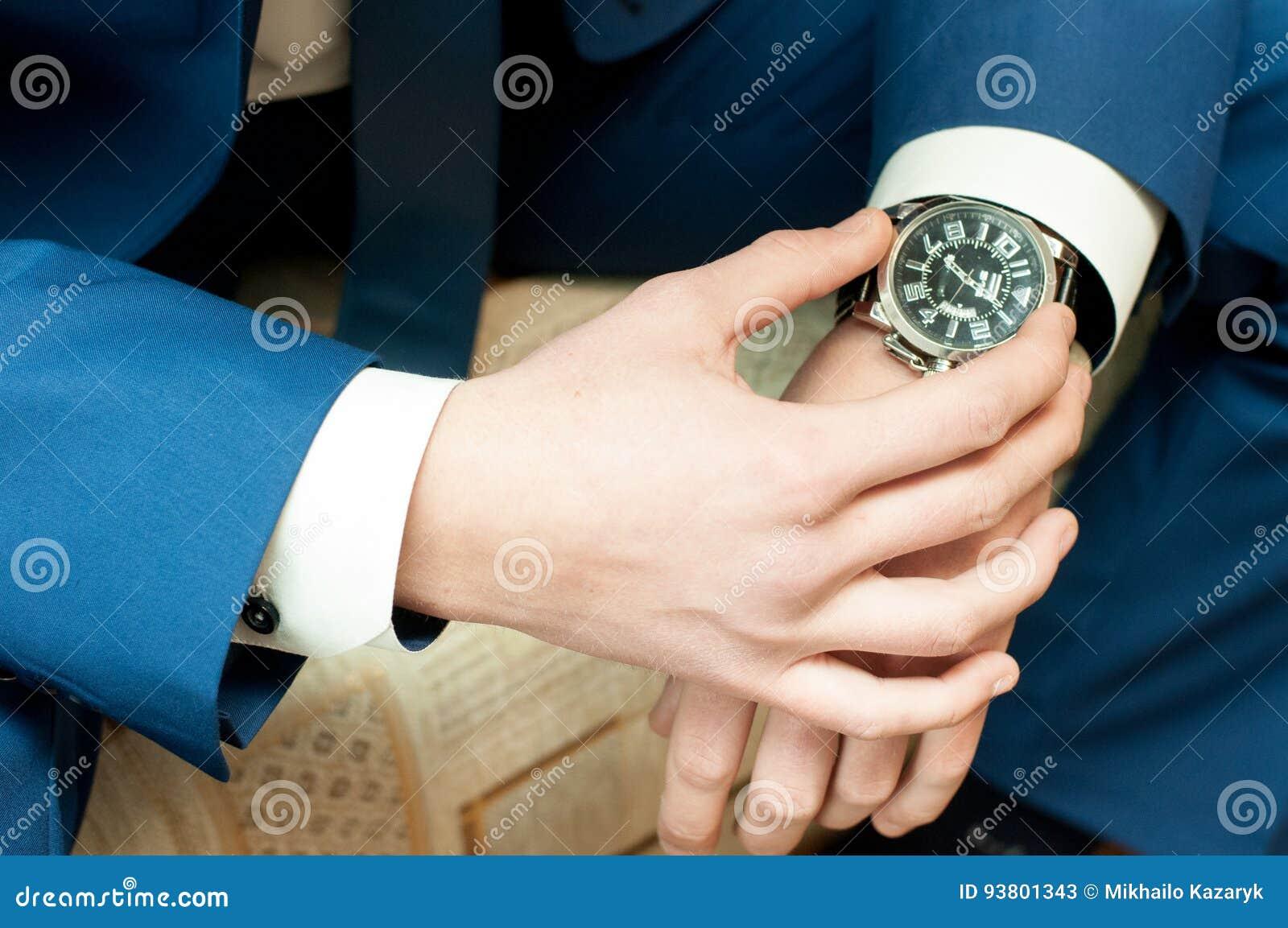 Mains du ` s d hommes avec une montre