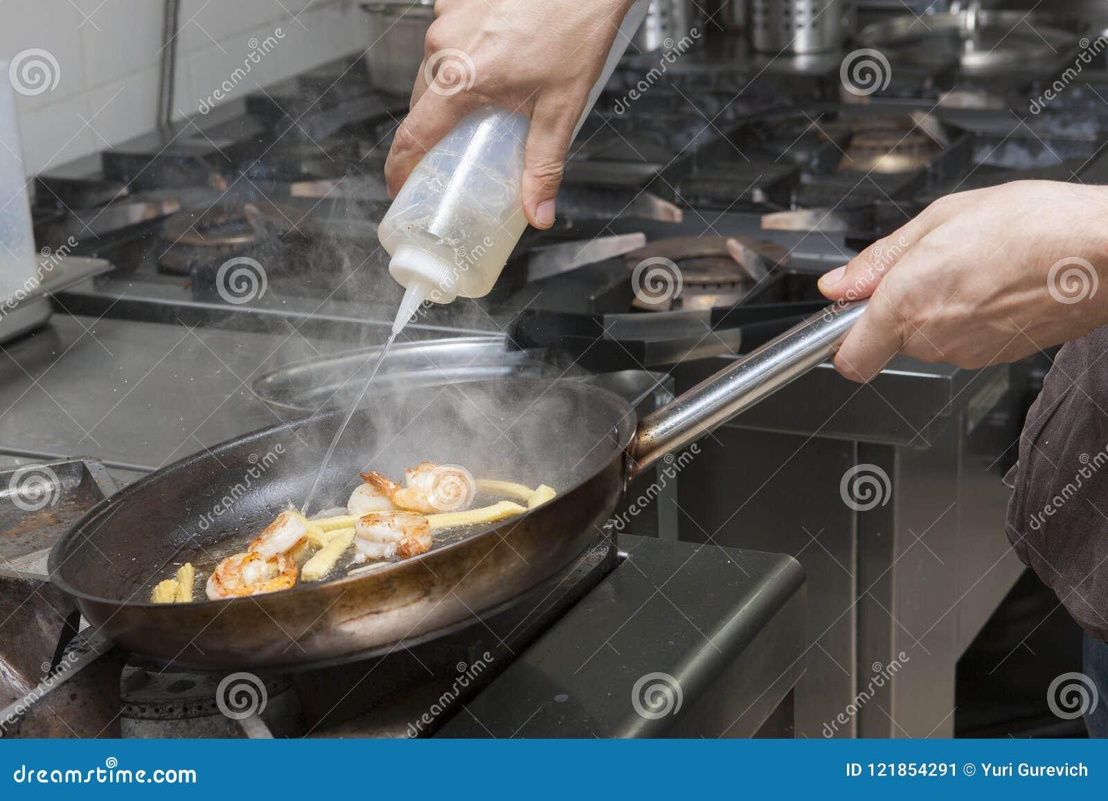 Mains du ` s de chef de fruits de mer de friture de chef