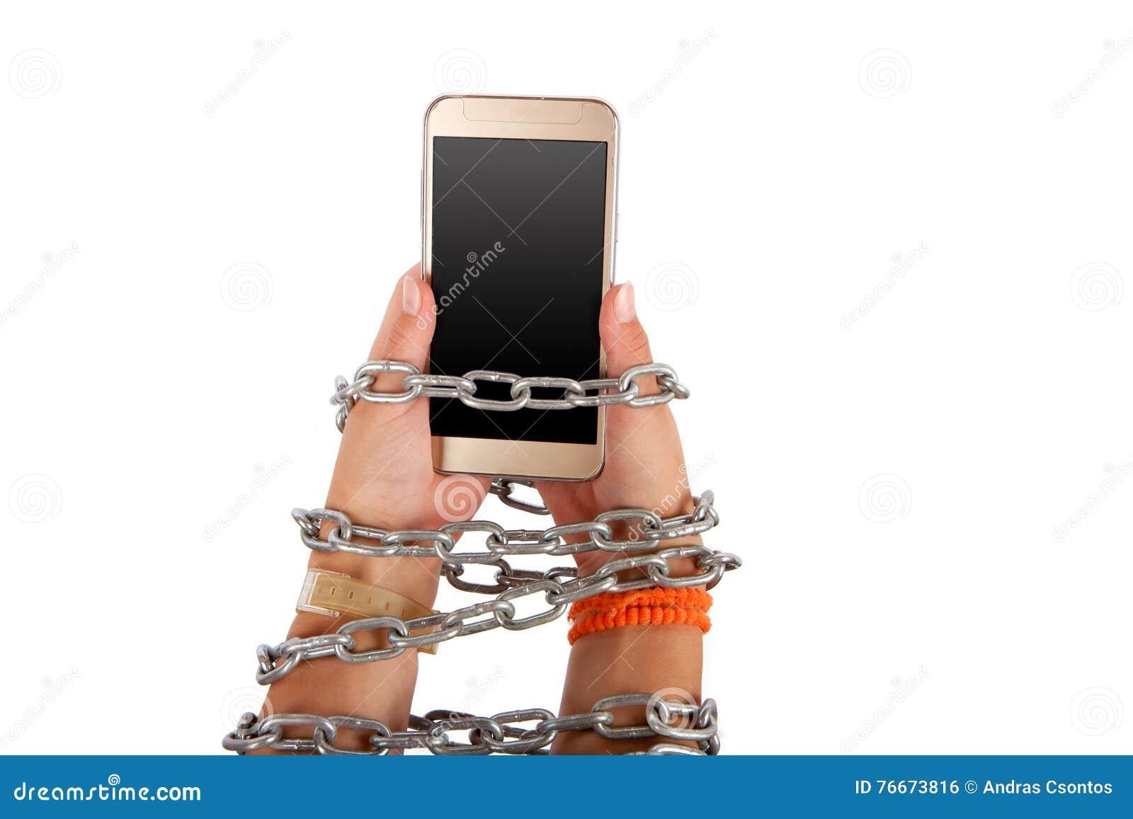 Mains enchaînées tenant un smartphone