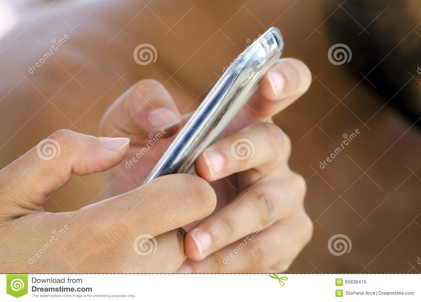 Mains et doigts femelles utilisant un téléphone intelligent mobile