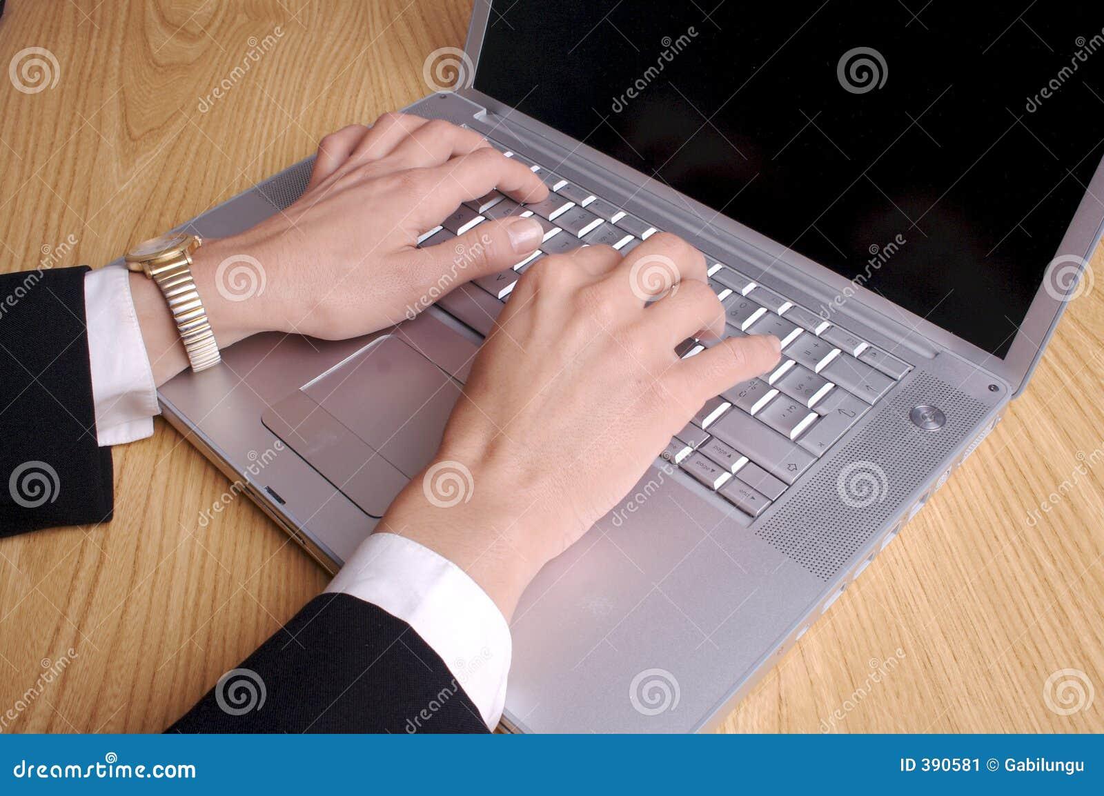 Mains et ordinateur portatif
