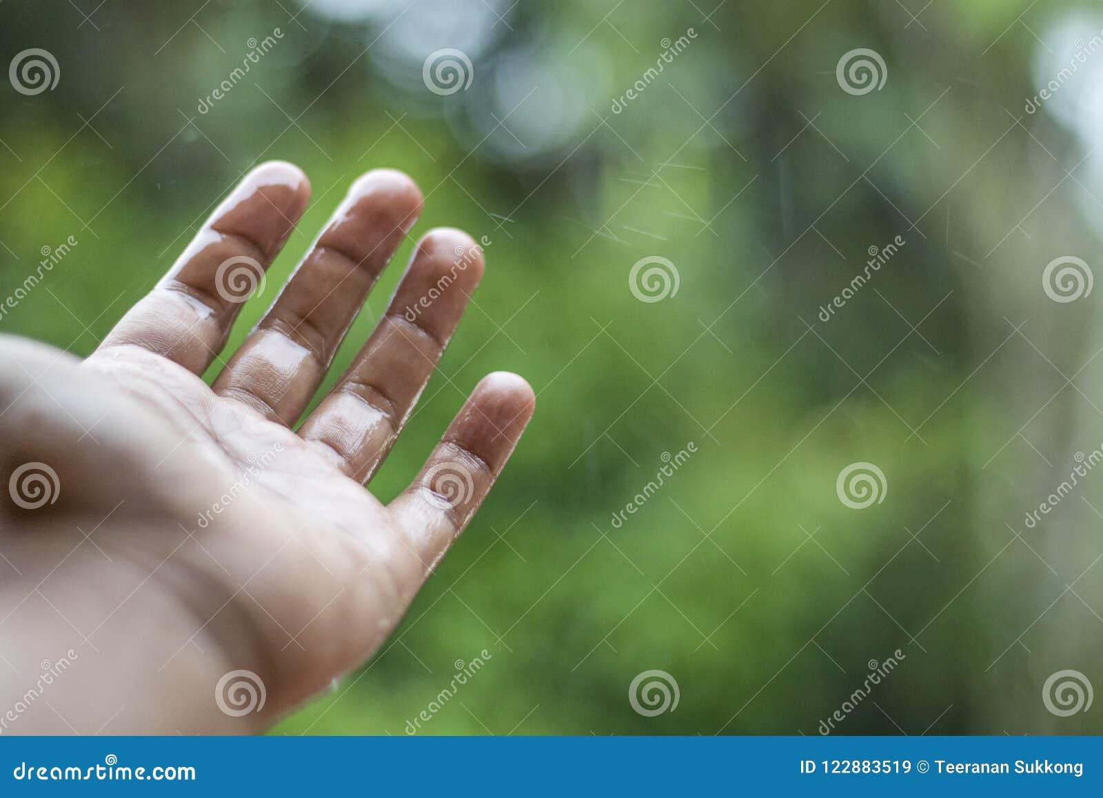 Mains et pluie