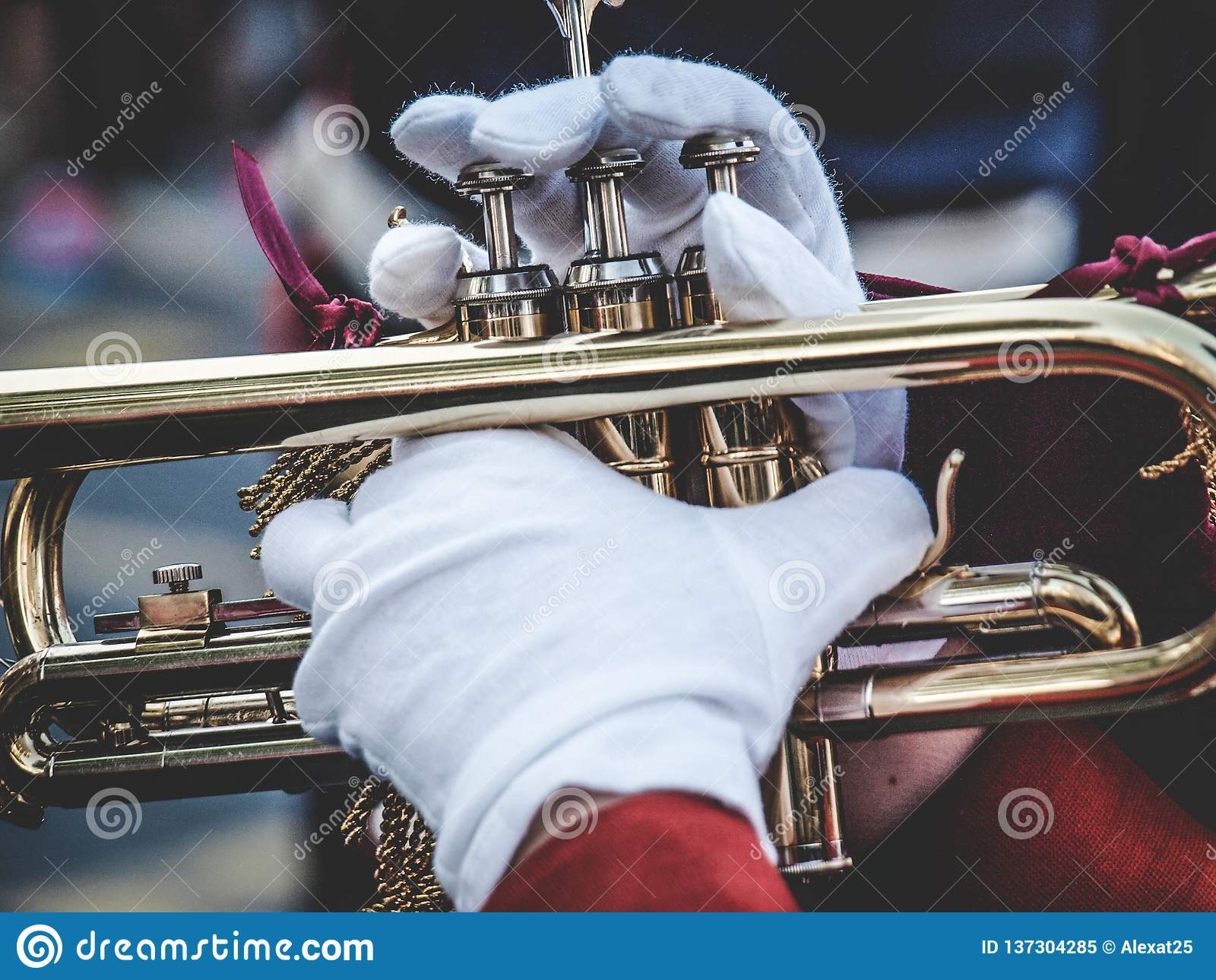Mains et trompette dans le défilé