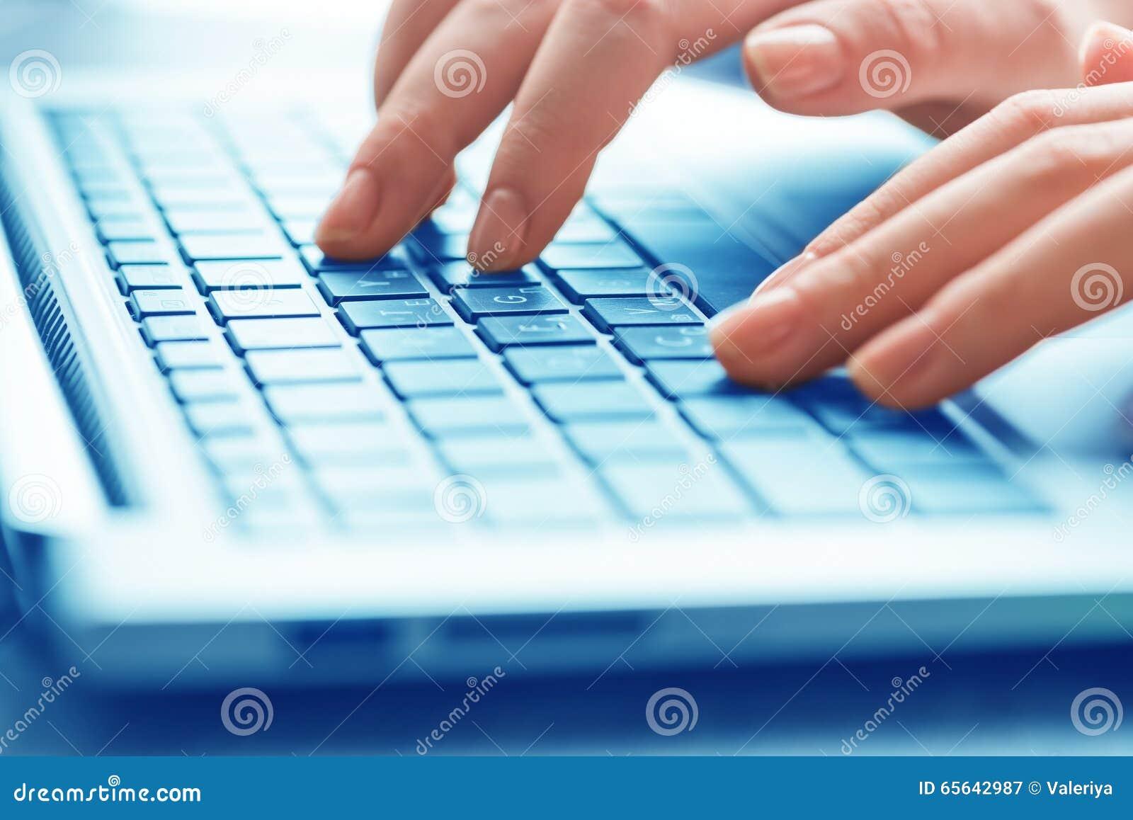 Mains femelles de dactylographie sur le clavier